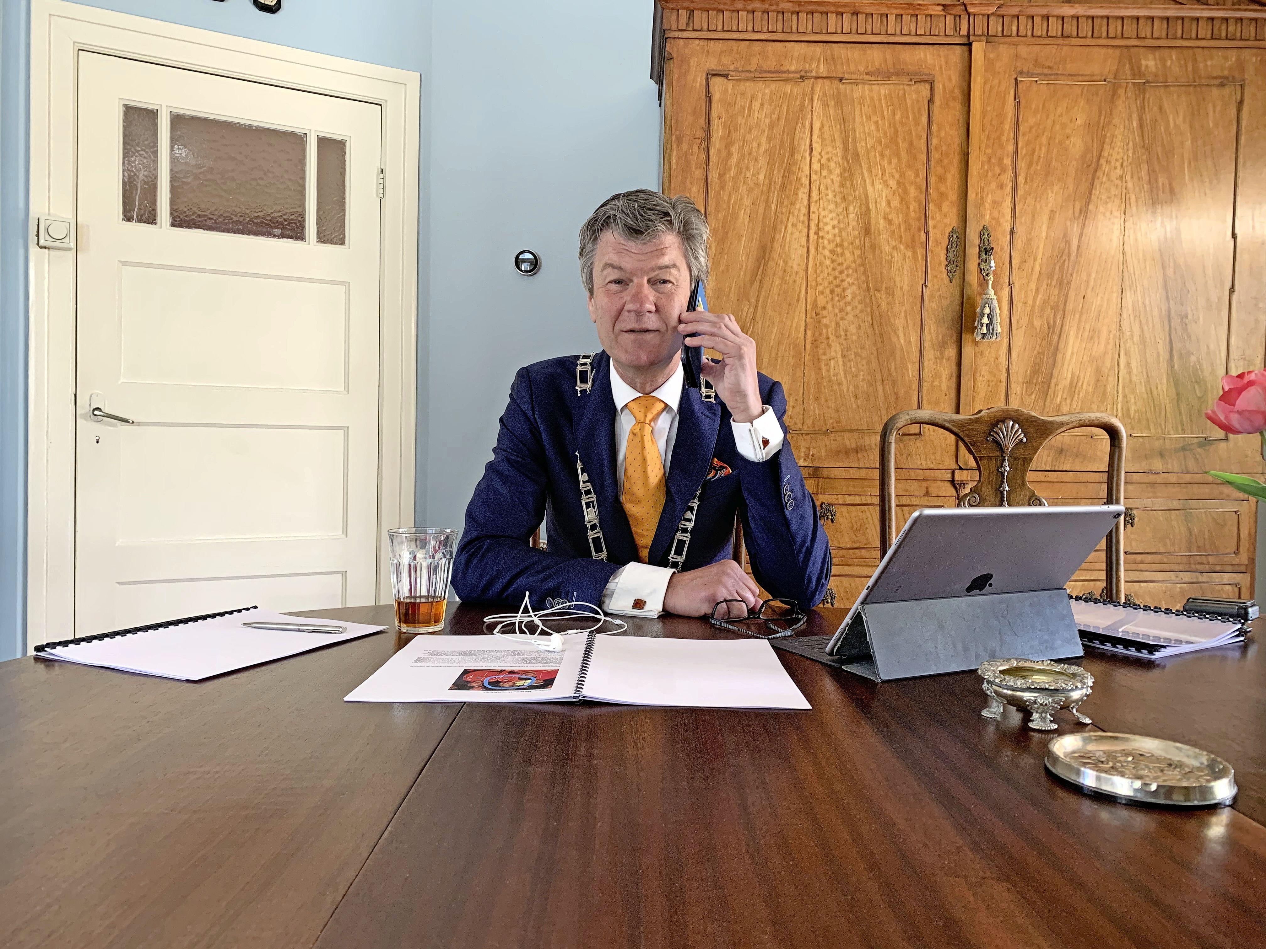 Acht gedecoreerden in Castricum per telefoon ingelicht door burgemeester Mans
