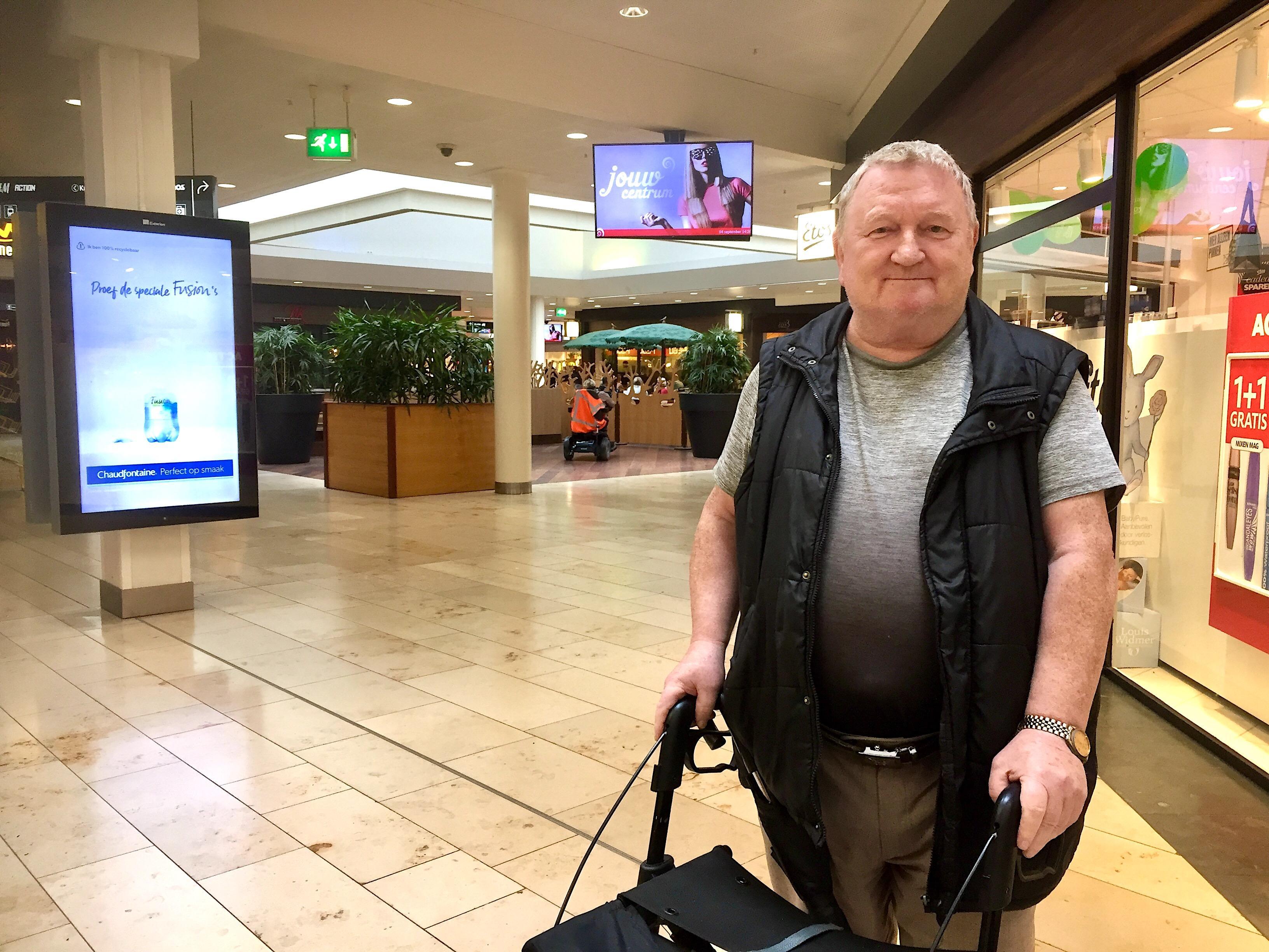 Onderweg: Piet Hooiveld (71) is wereldberoemd in winkelcentrum Middenwaard in Heerhugowaard. Niet voor niets is Mister Middenwaard z'n bijnaam