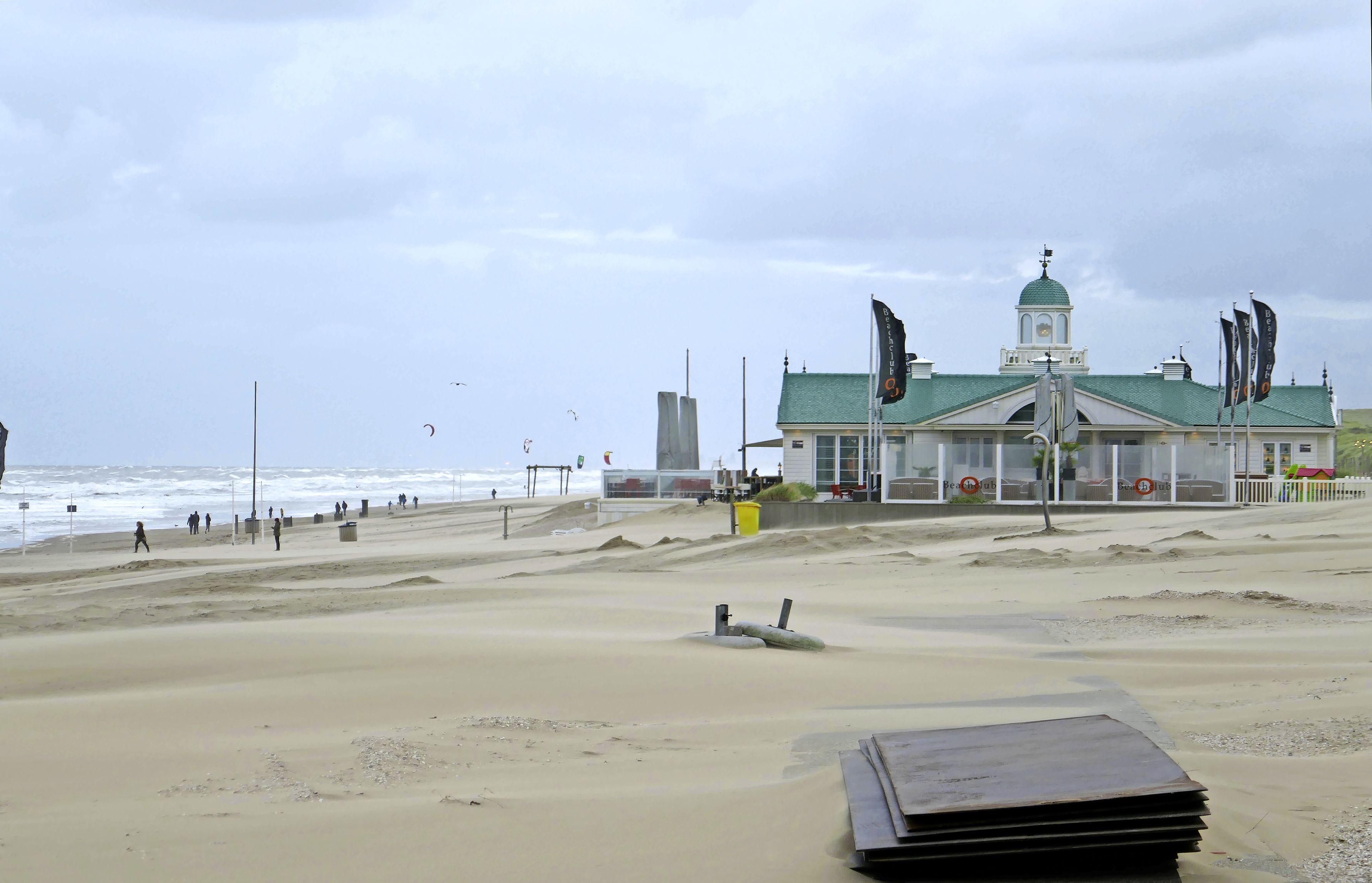 Noordwijk op de vingers getikt om volgebouwd strand en vervuiling door oude brommers: 'Duurzaam toerisme is meer dan alleen spa-bestemming worden'
