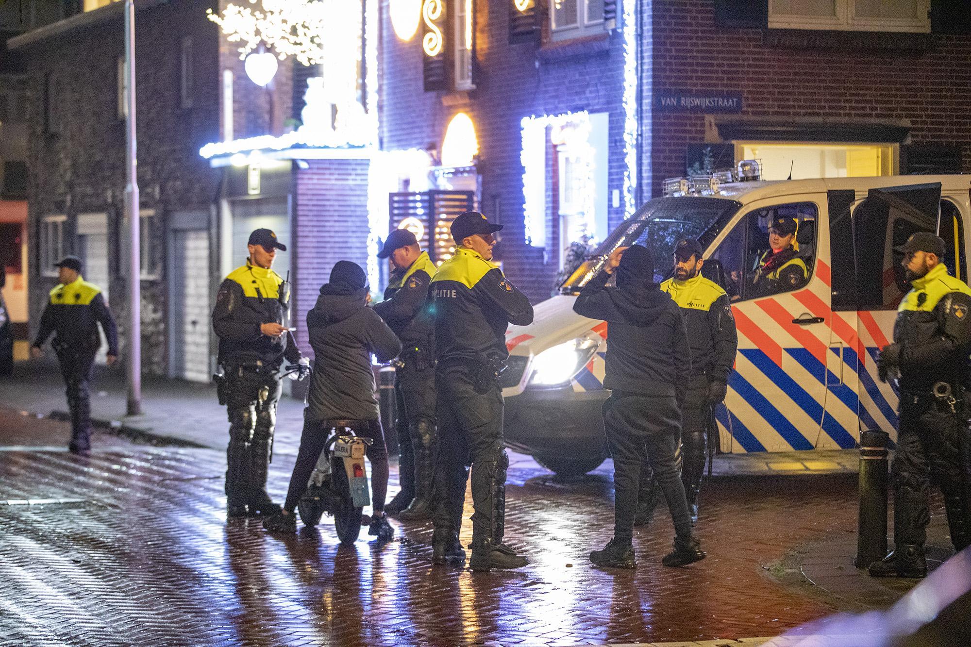 Burgemeester Dales is zeer verontwaardigd over rellen in Velsen-Noord: 'Dit is ongekend voor Velsen'