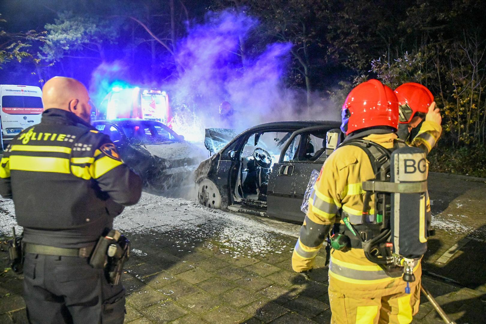 Twee auto's zwaar beschadigd door brand in Hilversum
