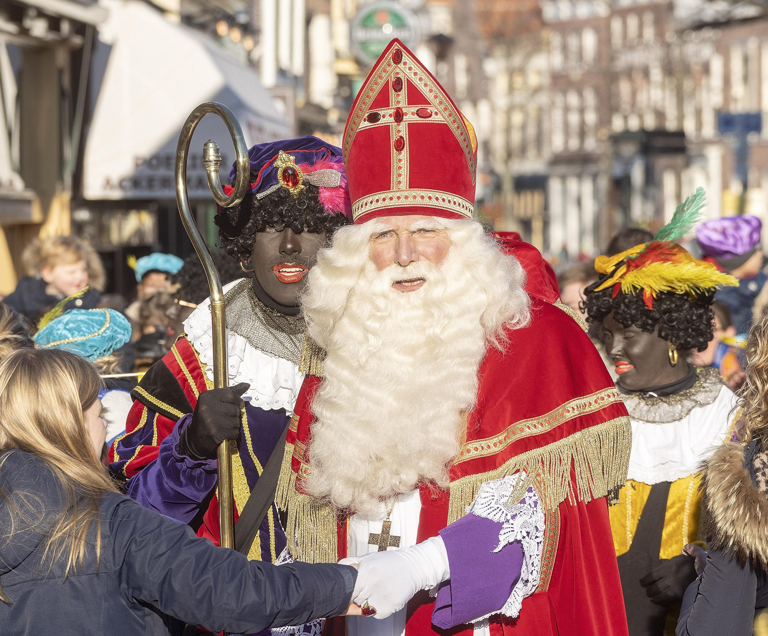 Protest tegen Zwarte Piet bij intochten Alkmaar en Heerhugowaard; comités balen, Alkmaar houdt rekening met onlusten