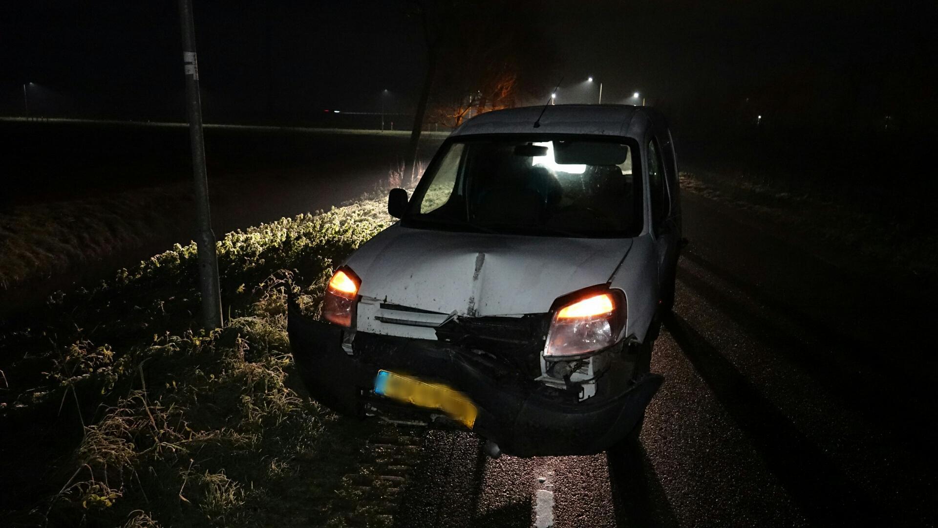 Getuige pakt sleutels af van bestuurder beschadigde bestelbus, die in Westwoud 'onvindbare' lantaarnpaal geramd zou hebben. 'De eerste goede daad van het jaar' (update)