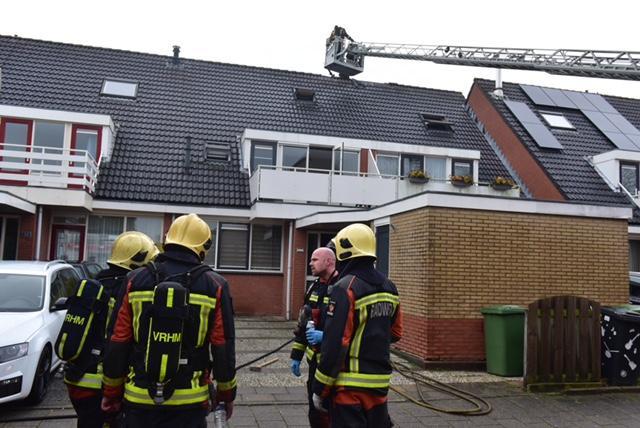 Zolder verwoest bij brand in Oude Wetering. Brandweer voorkomt dat huis van de buren ook vlam vat