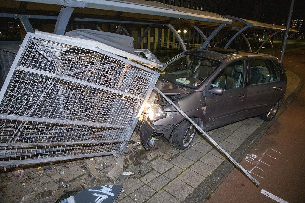 Auto crasht tegen fietsenhok in Haarlem, bestuurder gaat ervandoor