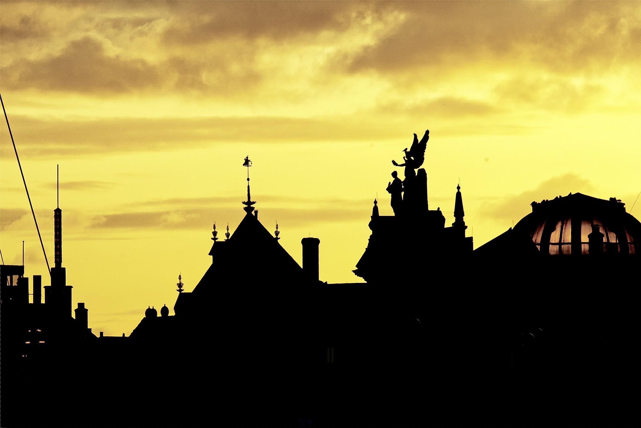 Jacques de Jong fotografeert Haarlem het liefst vanuit zijn badkamerraam. Het levert het boek 'De stad, het water en het licht' op