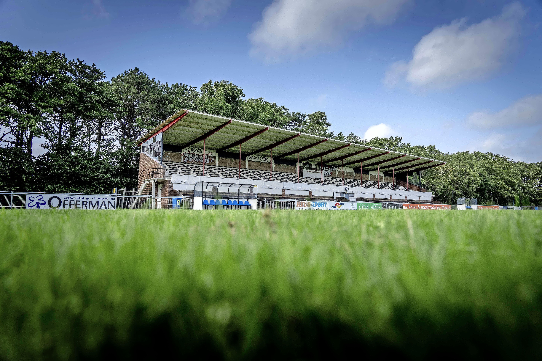 'Monumentale' tribune van FC Den Helder gaat na 66 jaar tegen de vlakte, vanwege zware gebreken. 'Ik begrijp de gevoelens van de leden'