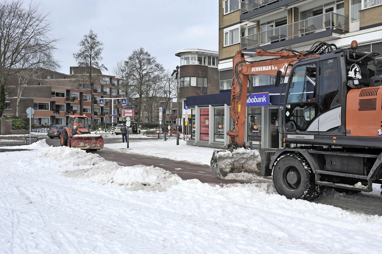 Waarom is de ene straat in de IJmond al sneeuwvrij en de ander nog vol smurrie? Drie vragen over het strooibeleid