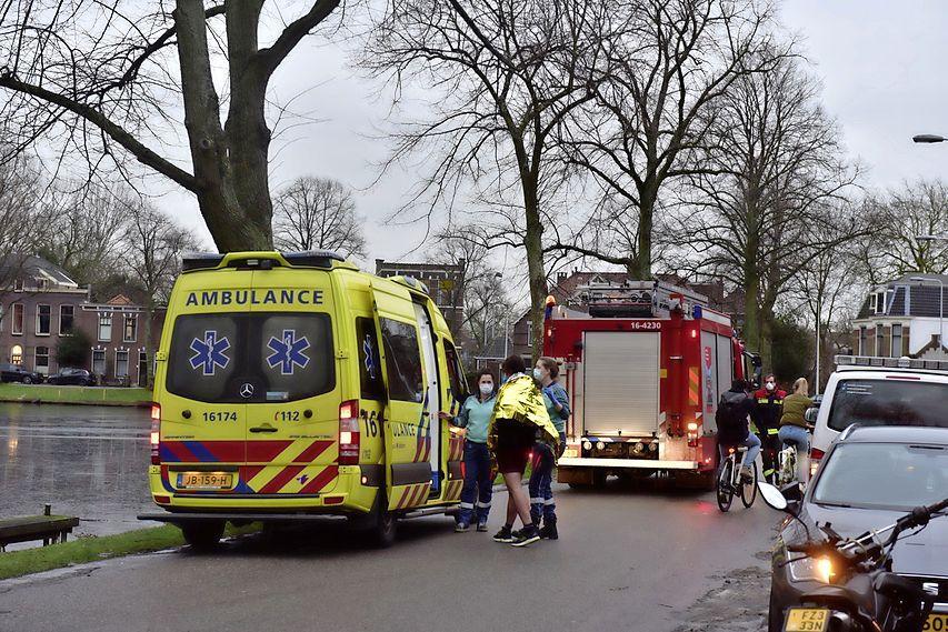 Hond volgt eend het water op en zakt door wak in Leiden, drie alerte omstanders redden het beest