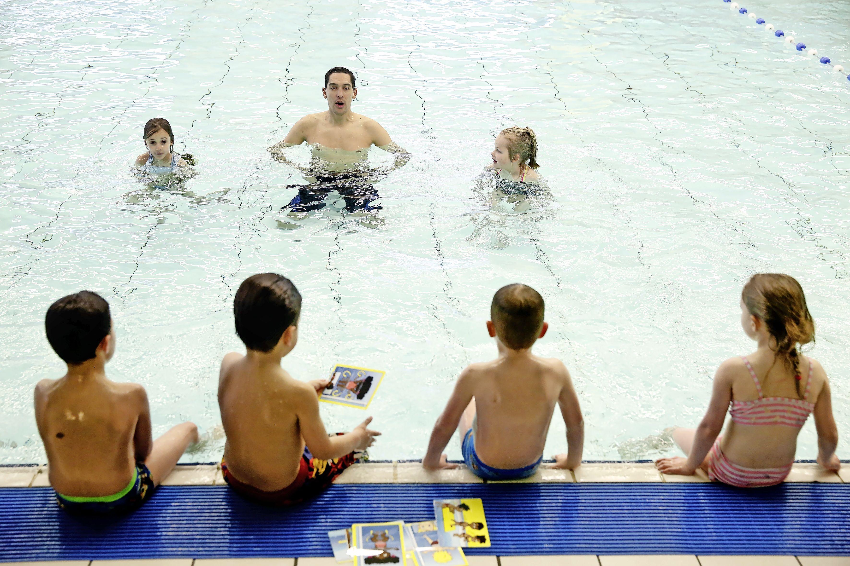 Zwembad De Meent in Huizen uit voorzorg vijf dagen gesloten. Tenminste drie medewerkers positief getest op corona