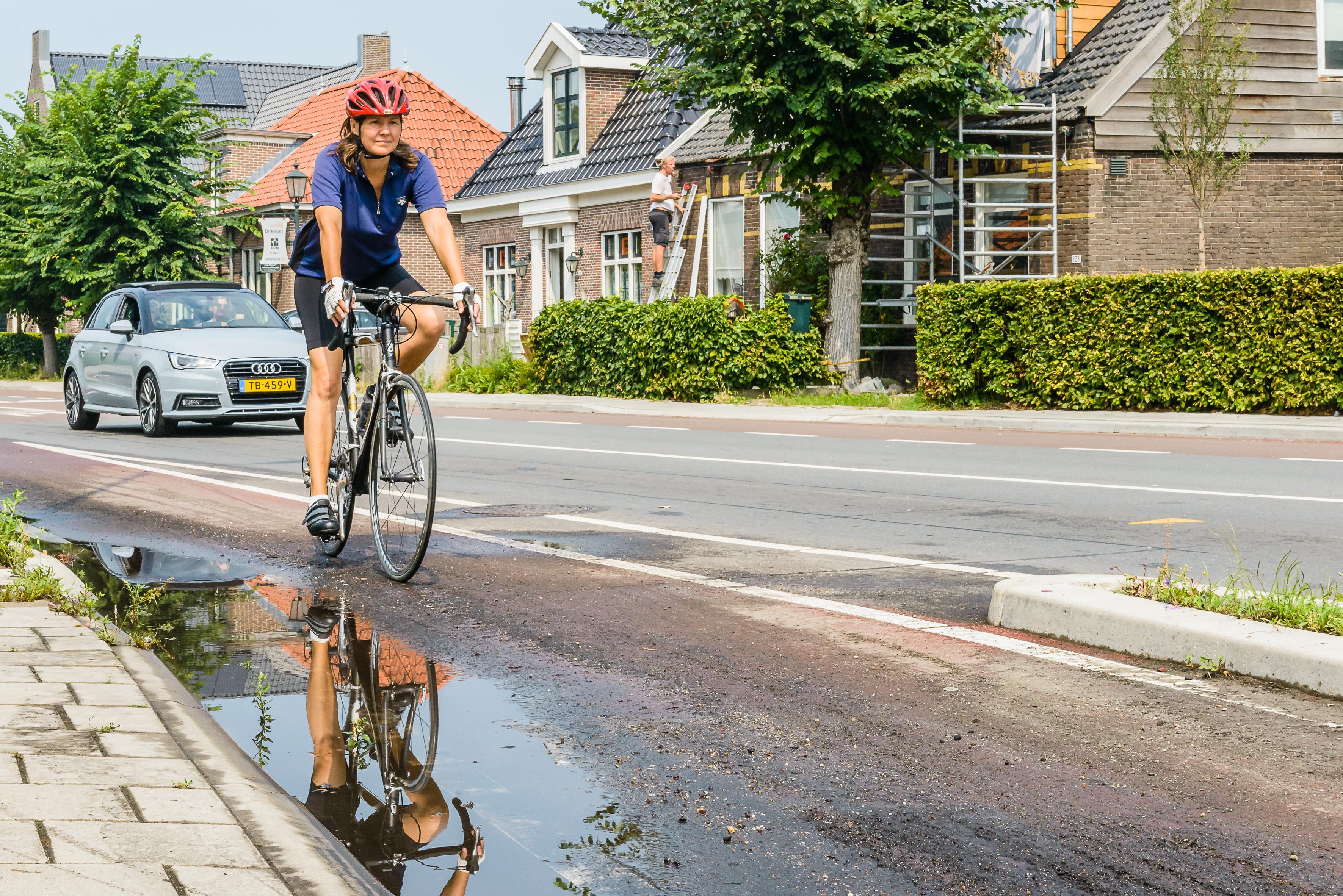 Zuideinde in Oostzaan staat blank na eerste regenbui na hittegolf: 'De rioollucht kon ik ruiken'