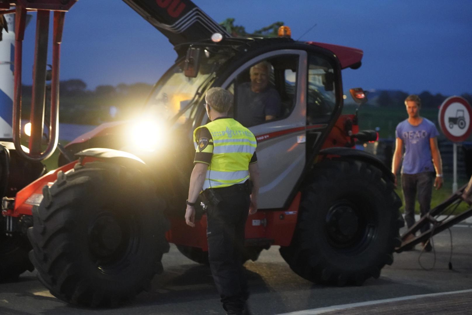 Boer ziet lading hooi van tractor vallen. Weg op N9 bij Burgerbrug tijdelijk gesloten