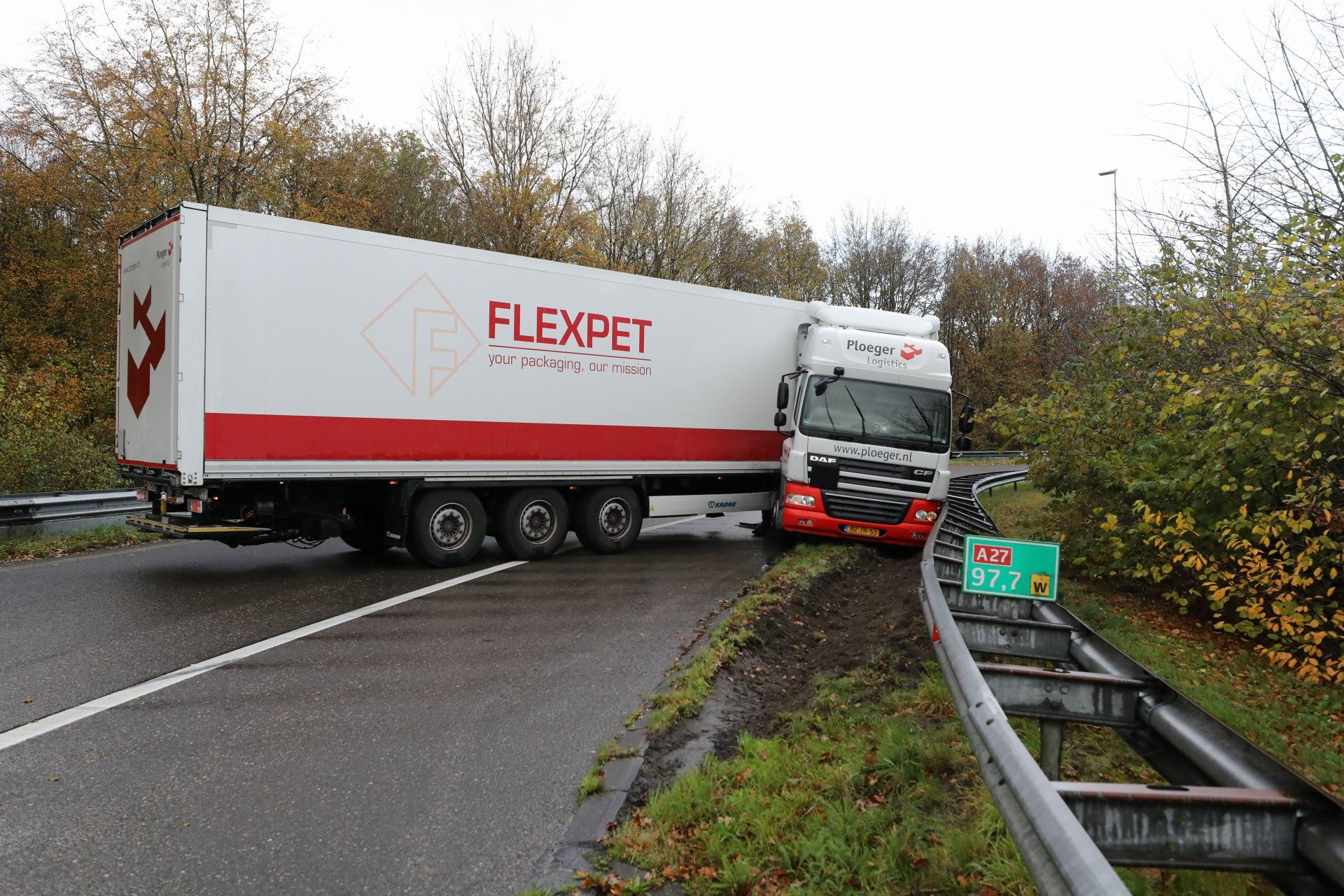 Vrachtwagen rijdt tegen vangrail en belandt in berm bij Eemnes