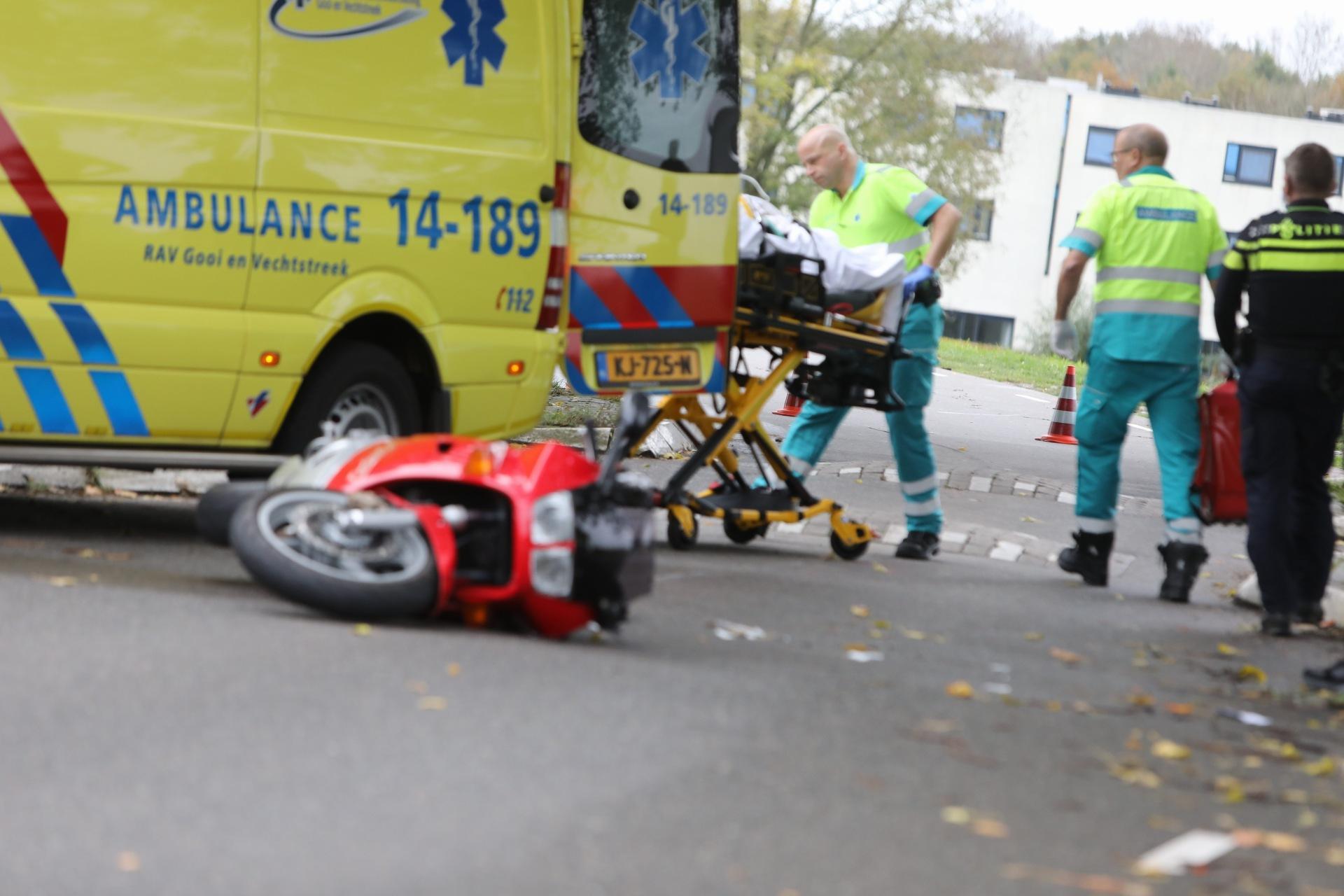 Fietskoerier treft motorrijder bewusteloos aan na ongeval in Naarden
