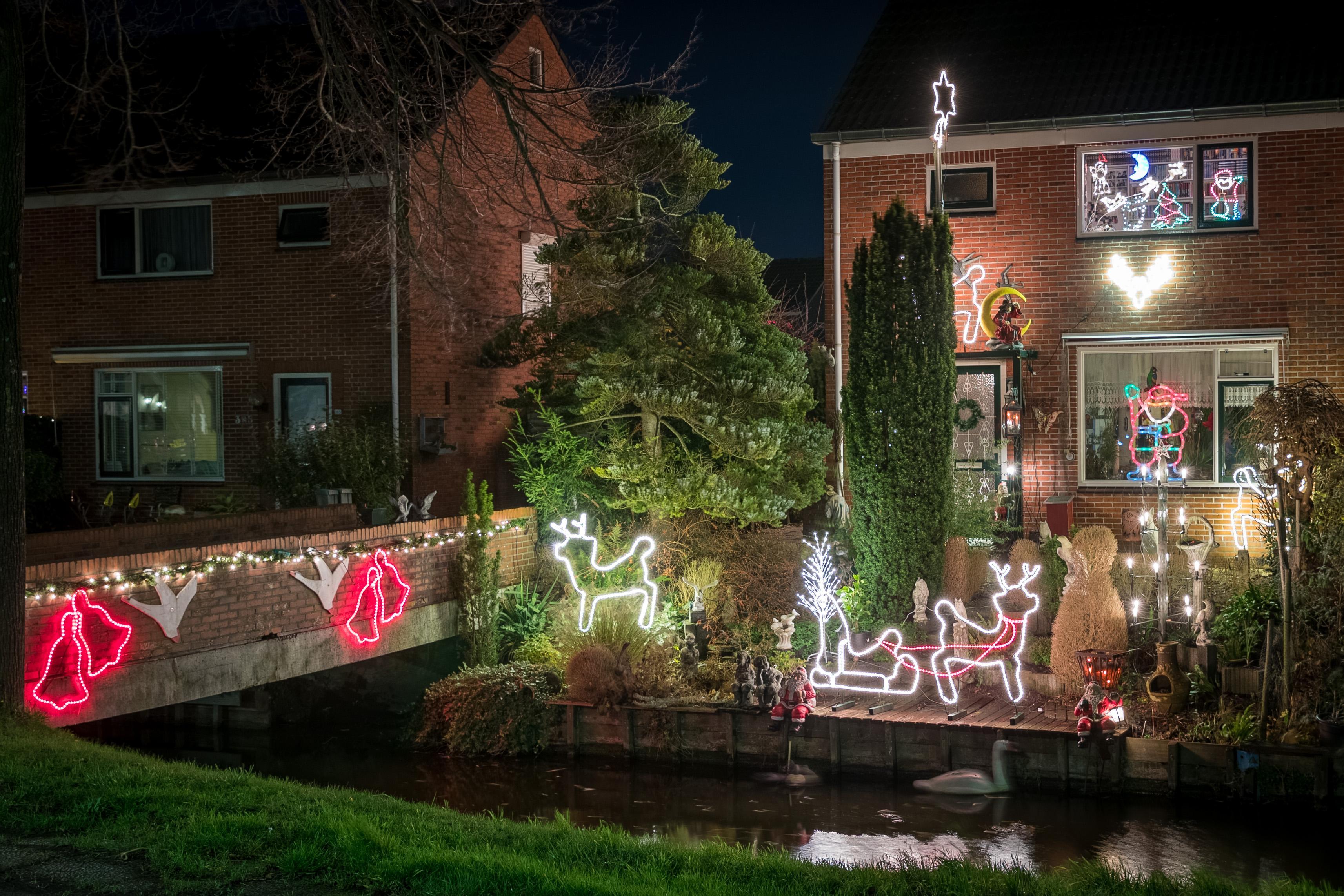 Uitbundige kerstverlichting siert huizen in West-Friesland: 'De hele avond staan ze hier te kijken'