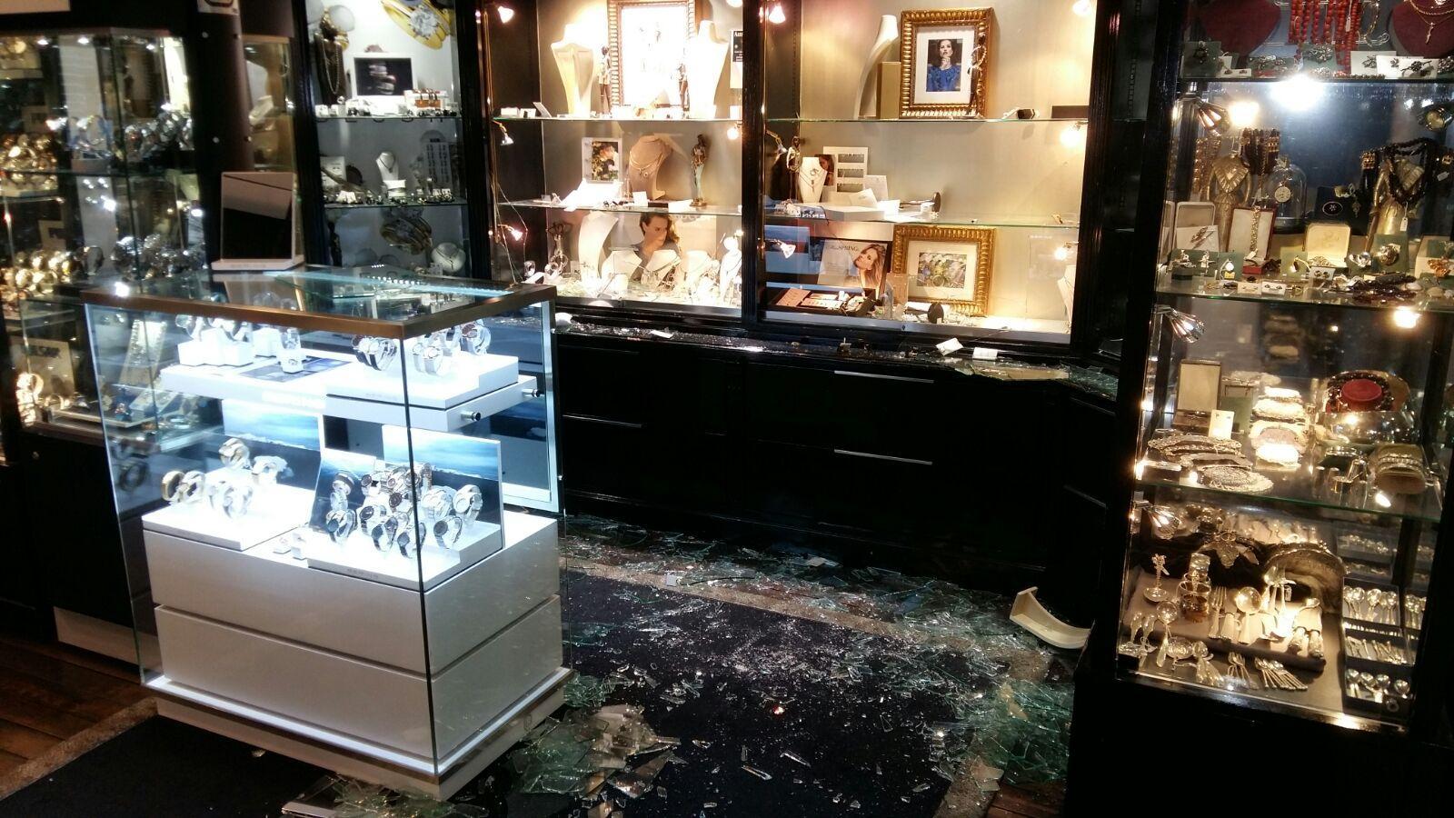 Inbreker slaat in drie minuten zijn slag bij juwelier in Schagen