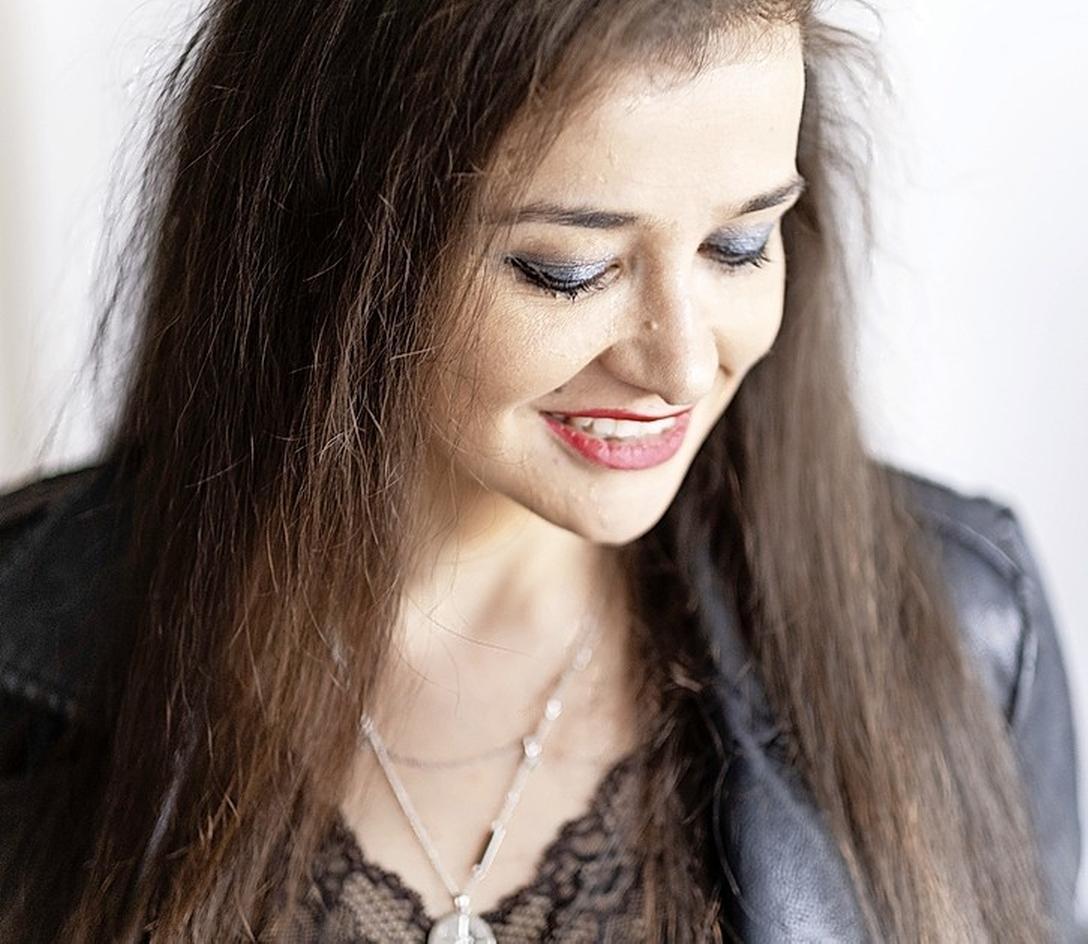 'Ik? De nieuwe Shakira? Welnee'. Colombiaanse zangeres Grace uit Heerhugowaard doet het verrassend goed in Latijns-Amerika. 'Op tournee? Graag. Wel wat regelen voor de kindjes'