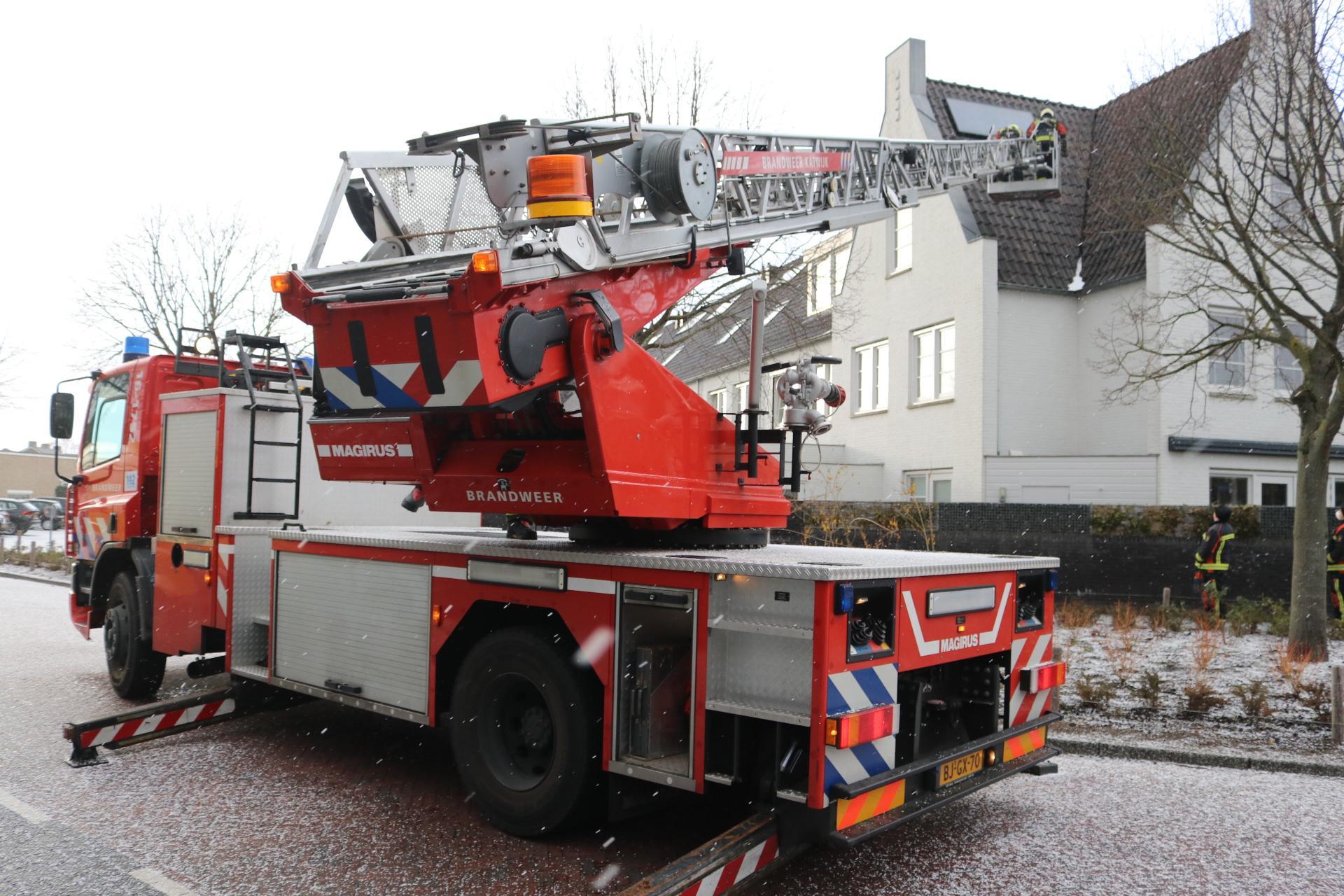 Brandweer heeft handen vol aan afgewaaide dakpannen in Noordwijk