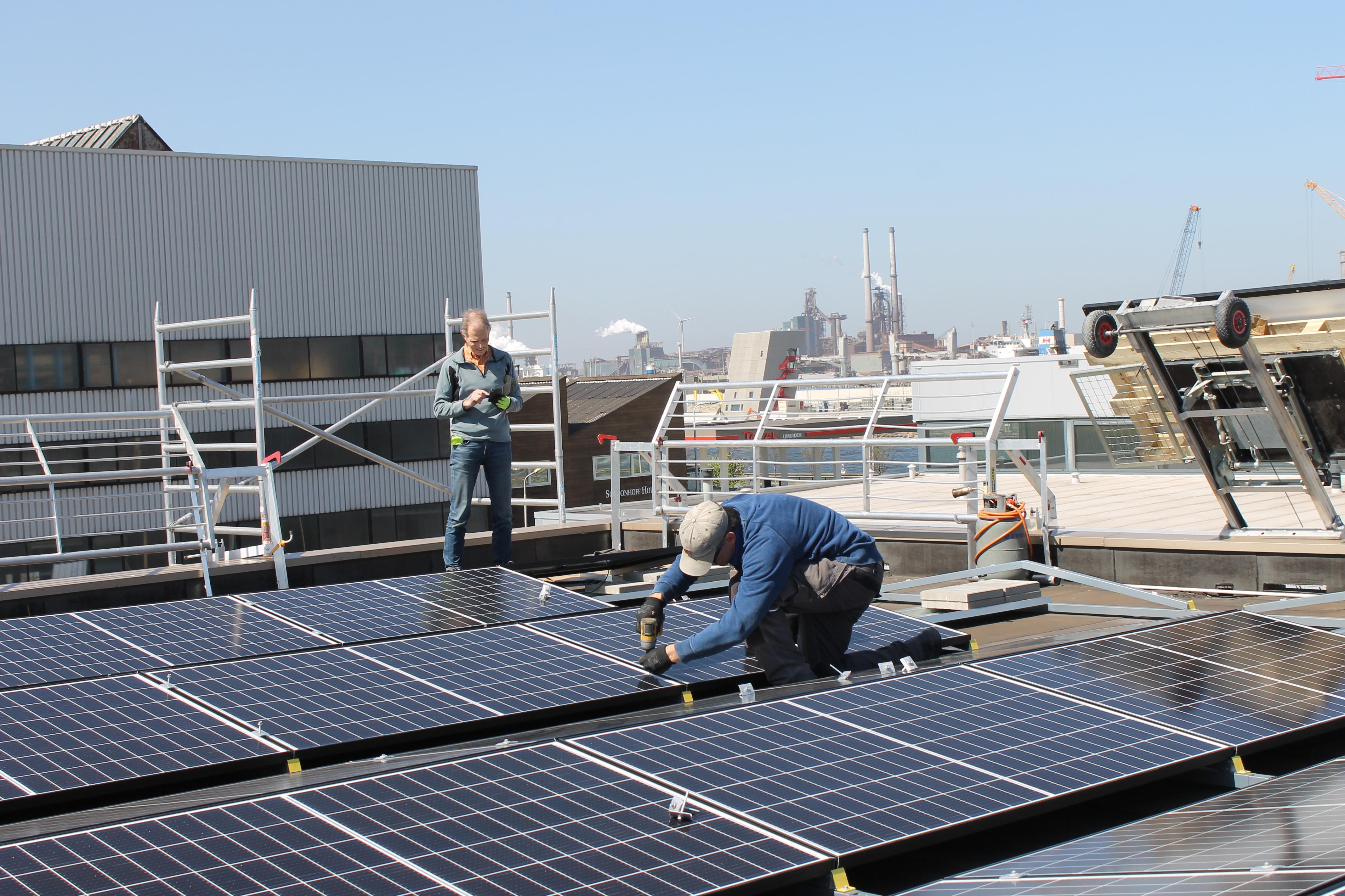 Laat de zon maar komen op het dak van garage Stormvogels in IJmuiden