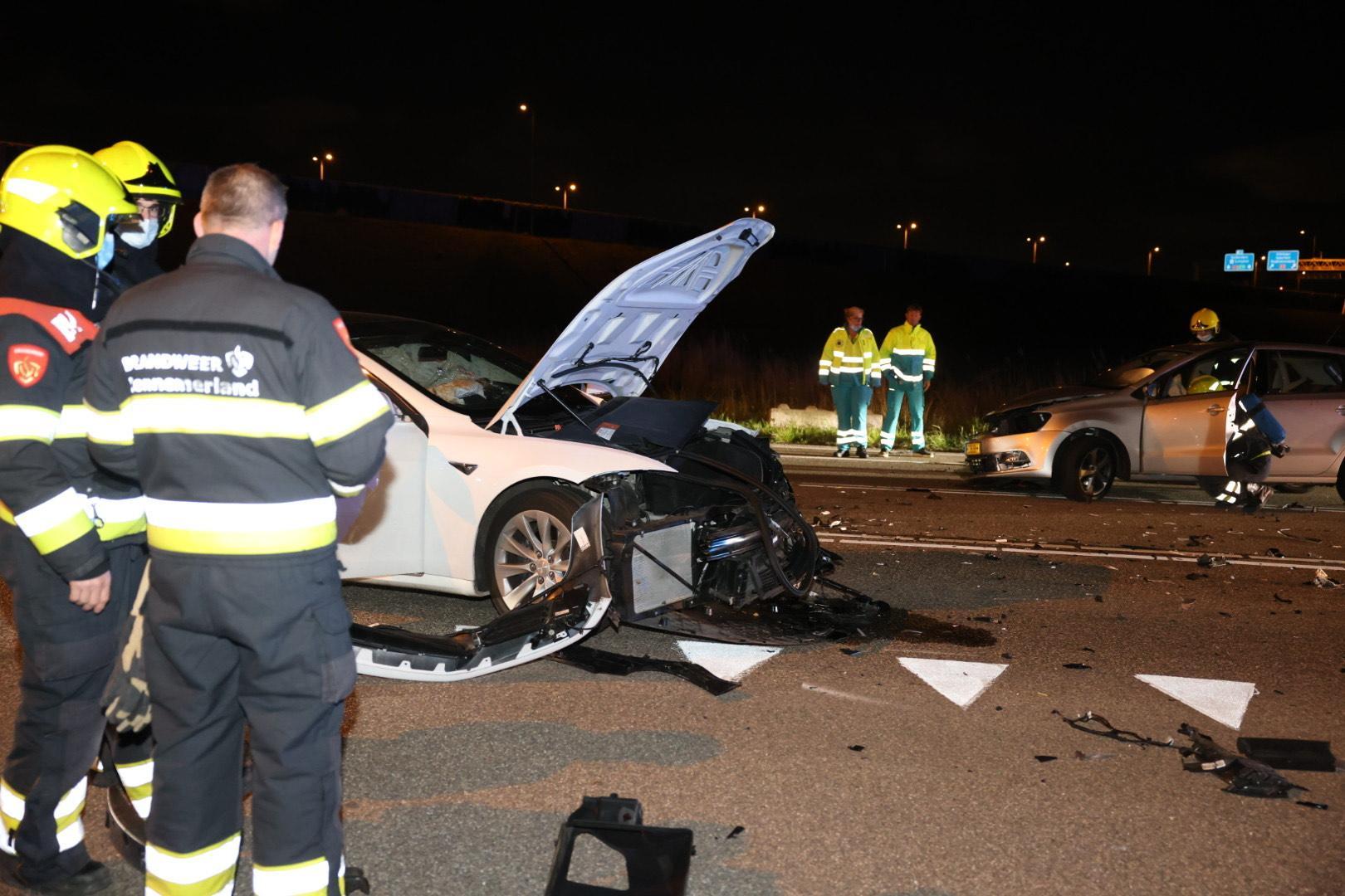 Botsing op de Schipholweg in Badhoevedorp, één gewonde meegenomen naar het ziekenhuis.