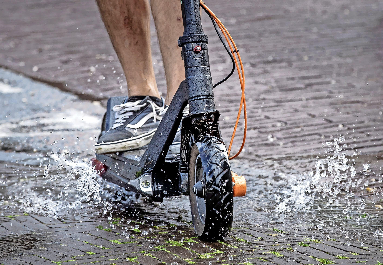 Met de elektrische step mag je officieel niet op de openbare weg. Maar wat als je het toch doet? Waarschuwing, boete, inbeslagname?