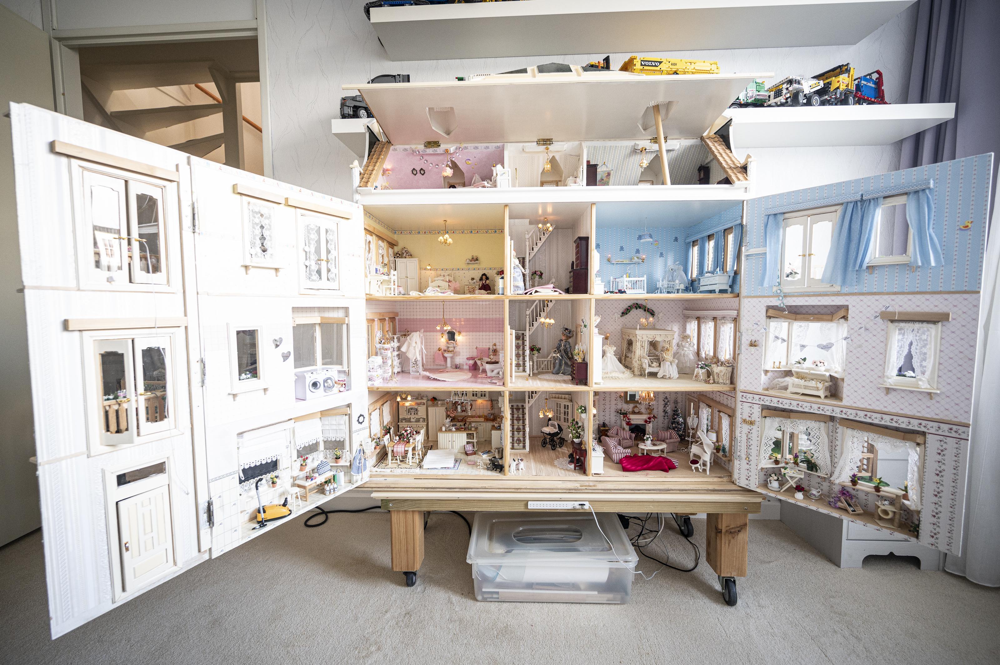 Zelfgemaakte kanten gordijntjes, kroonluchter van Swarovski-steentjes en porselein op schaal: Ria en Bob Keetman uit Assendelft verkopen hun miniatuurhuis (en levenswerk) voor 3500 euro