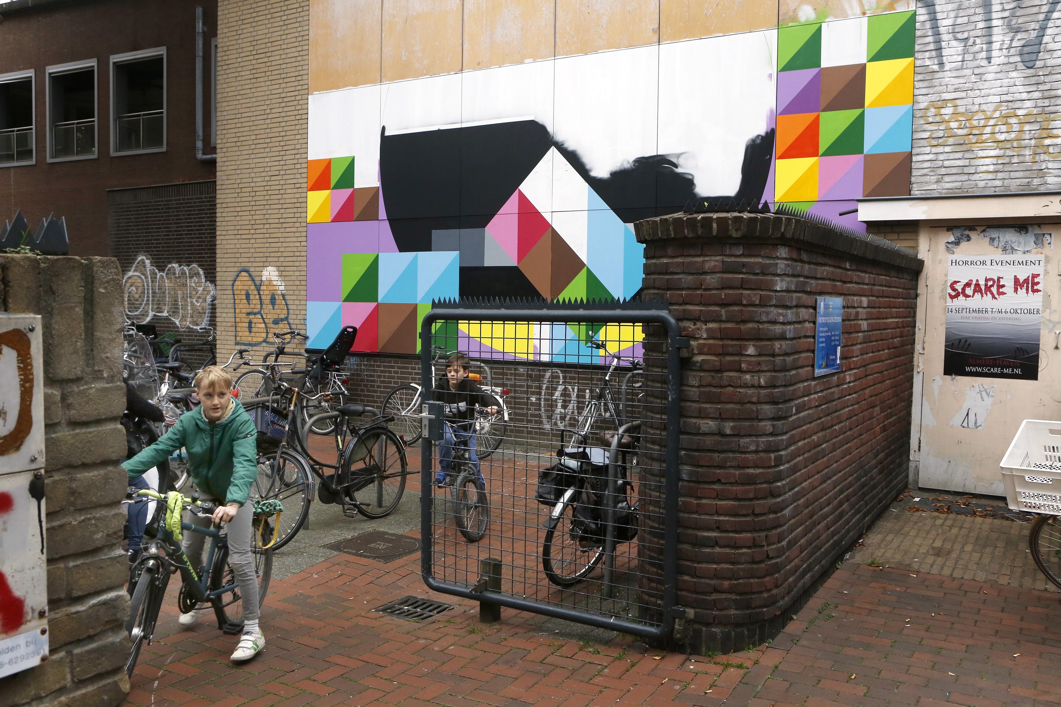 Hek voormalige fietsenstalling aan Zeedijk snel op slot na overlast van wildplassers en -poepers