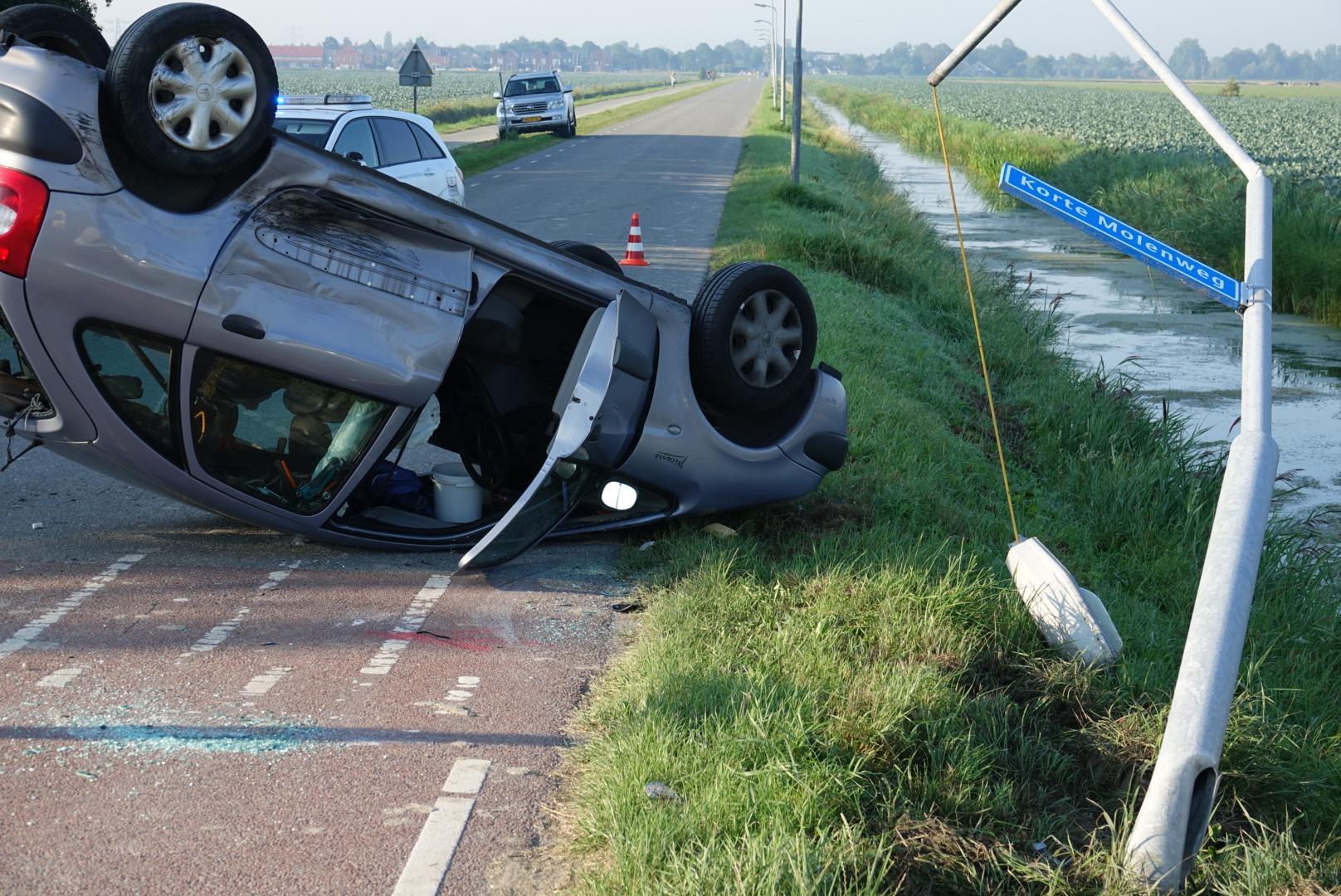 Bestuurder gewond bij botsing in Oterleek, auto slaat over de kop