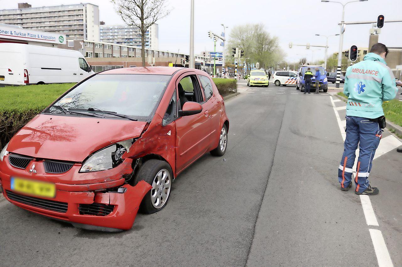 Verkeer Katwijk aan Zee muurvast door botsing tussen auto en busje