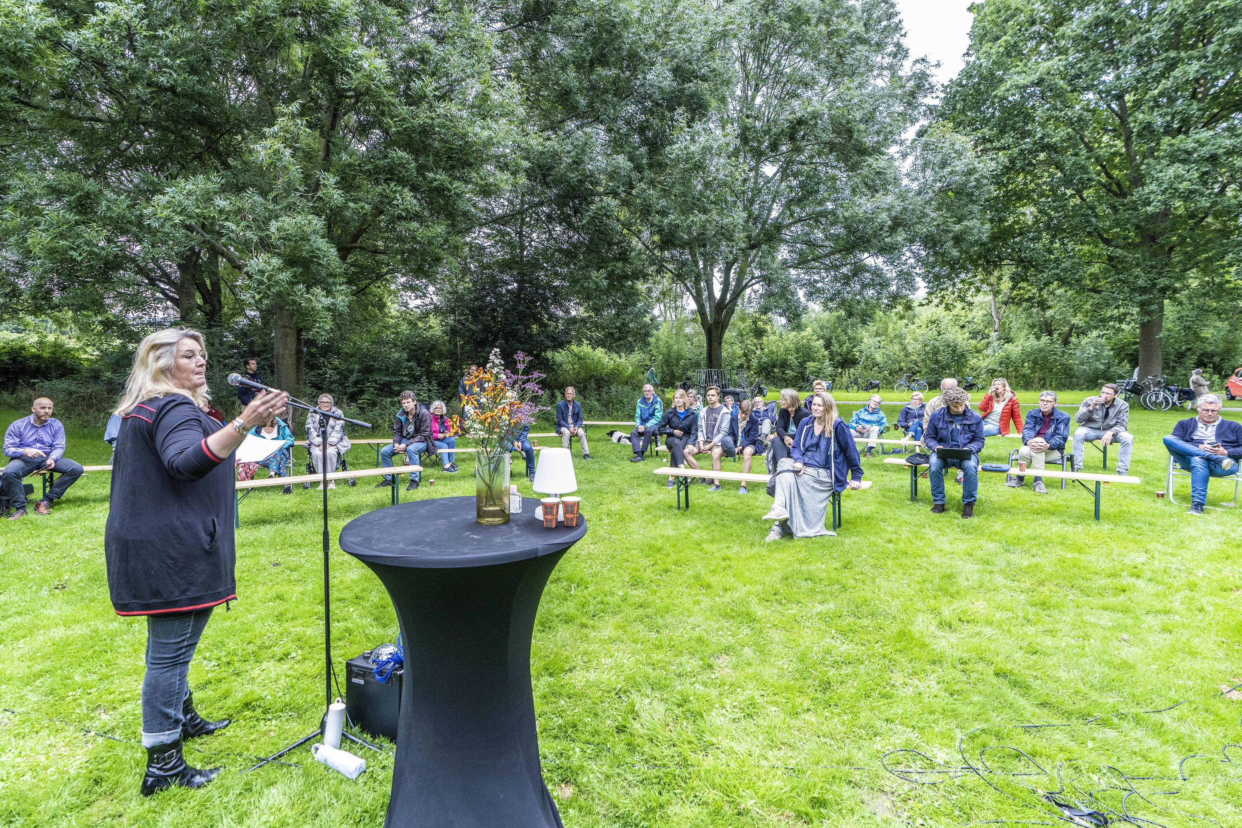 Debatteren op anderhalve meter afstand in Leiderdorps park De Houtkamp: 'Maakte corona het leven eenvoudig, of juist ingewikkeld?'