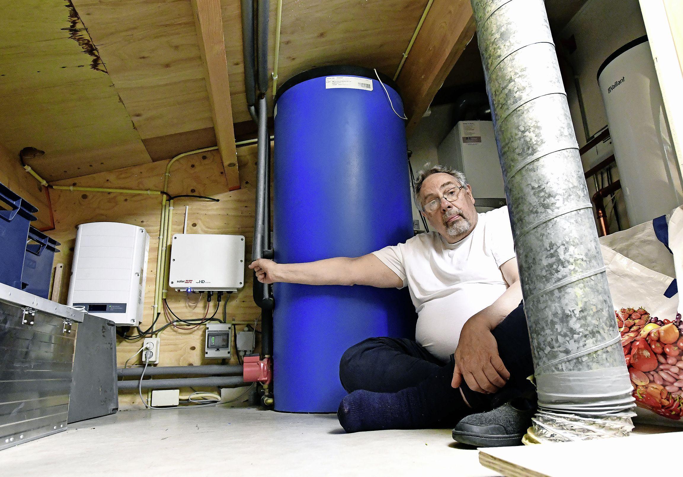 Leuk, die zonnepanelen op je dak. Maar als het net overbelast is, kun je geen stroom terugleveren. 'De gemeente spoort inwoners aan om zonnepanelen aan te schaffen, maar vertelt er niet bij welke problemen je dan kunt krijgen', zegt Jan Kaauw