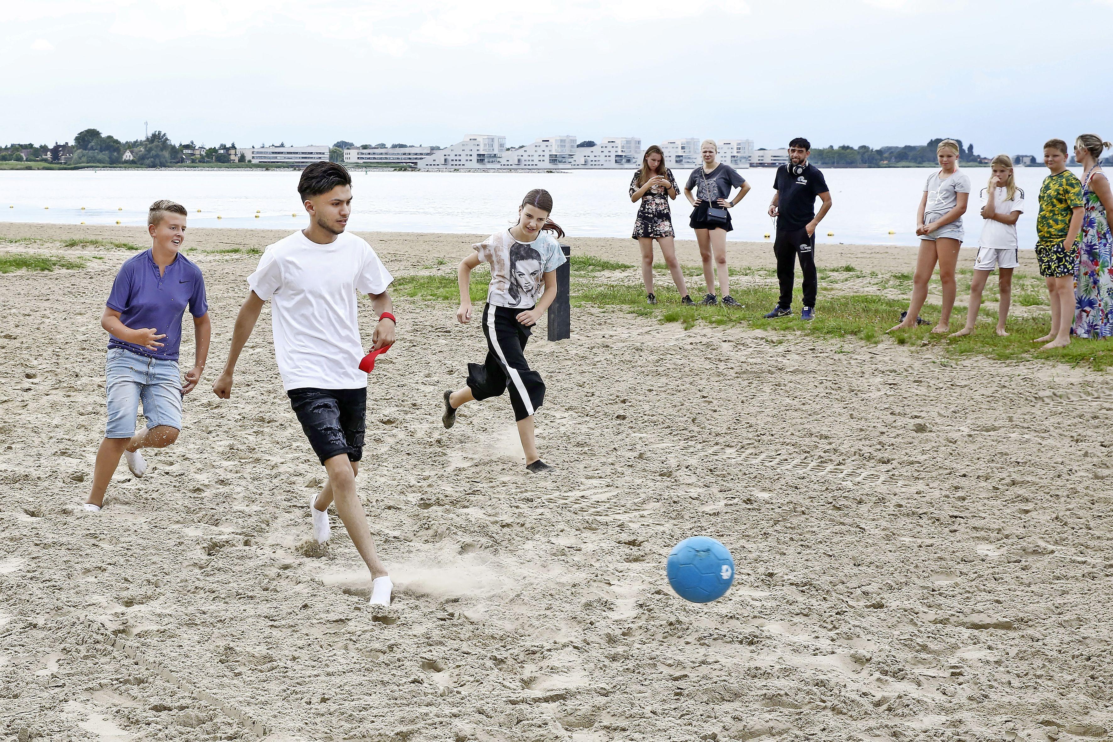 Jeugd voetbalt op het Stichtse Strandje van Blaricum. 'Super leuk initiatief'