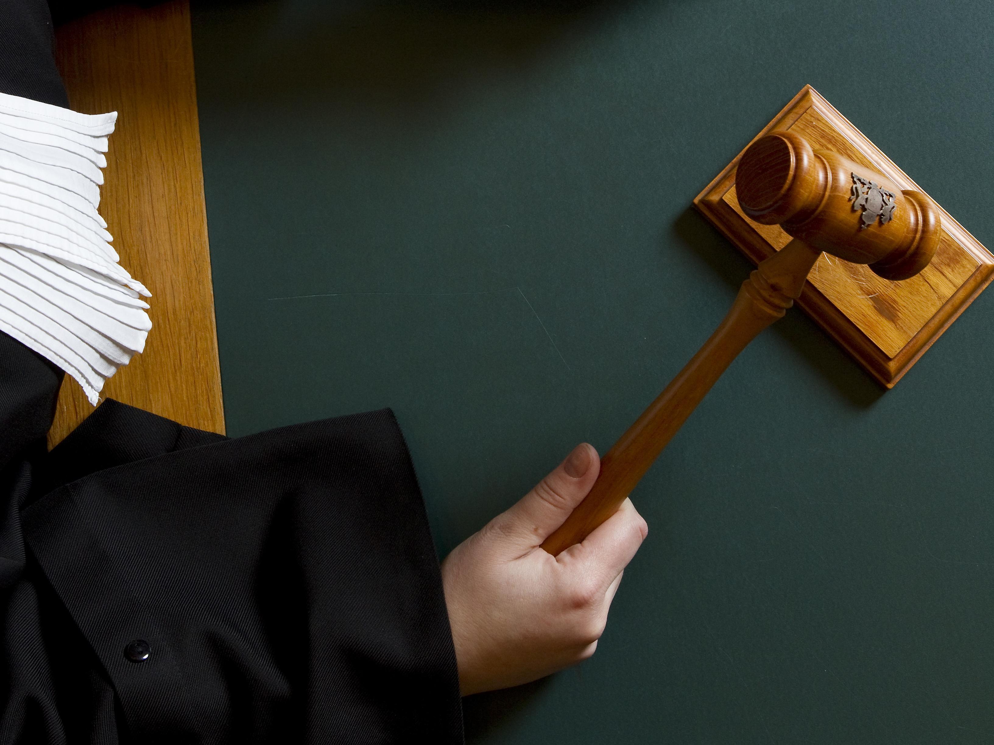 Hoofddorper cel in voor geweld tegen vriendin en verboden wapenbezit. Hij sloeg de inboedel van haar woning kort en klein