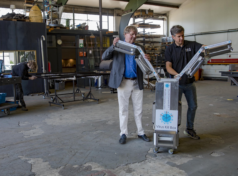 Zelf ontwikkelde vliegtuigtrolley met UV-C-lichtarmen als 'coronaviruskiller': geboren Langedijker Dirk Bont (59) denkt geducht ontsmettingswapen in handen te hebben