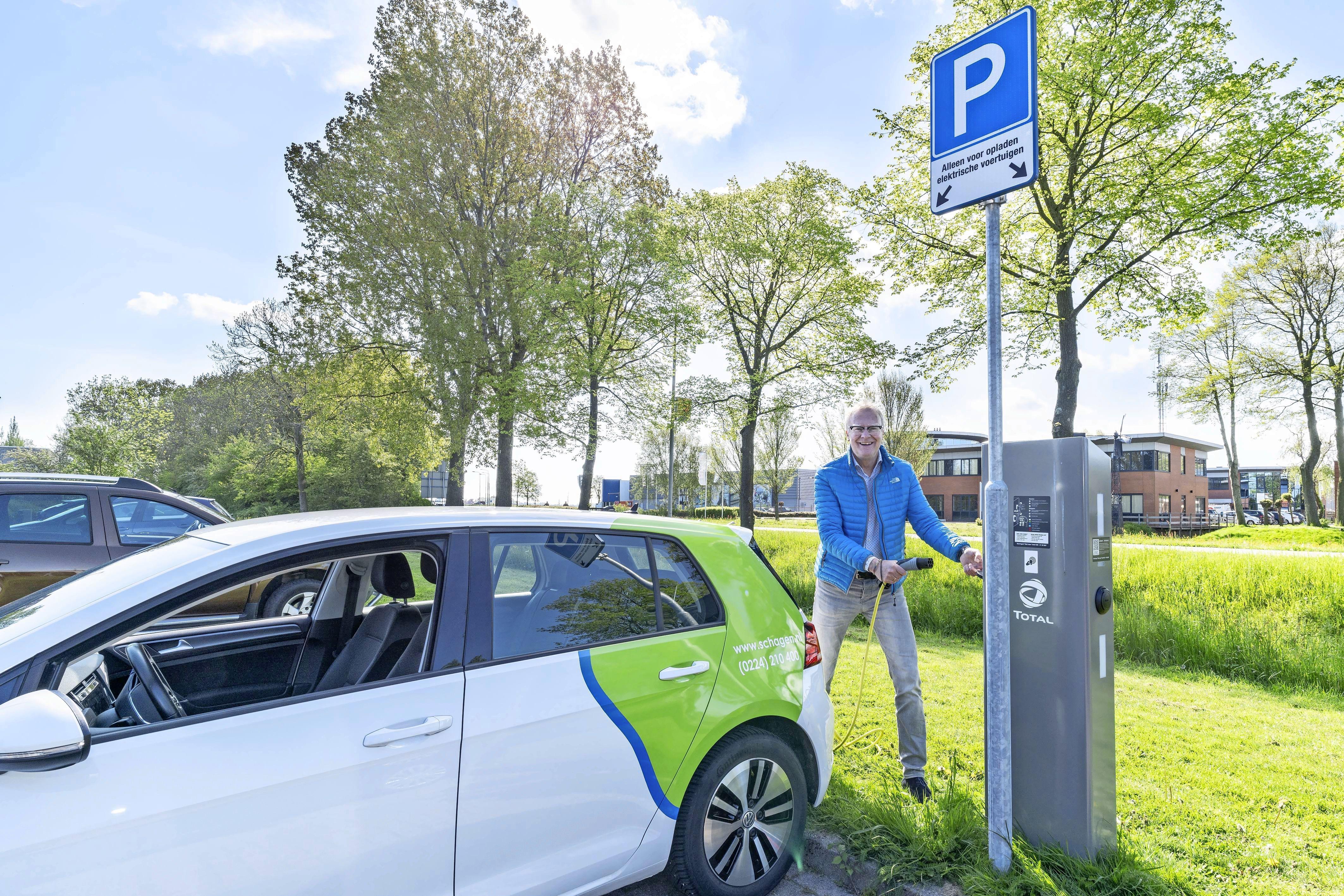 Vijftigste oplaadpaal voor de elektrische auto in Schagen geplaatst