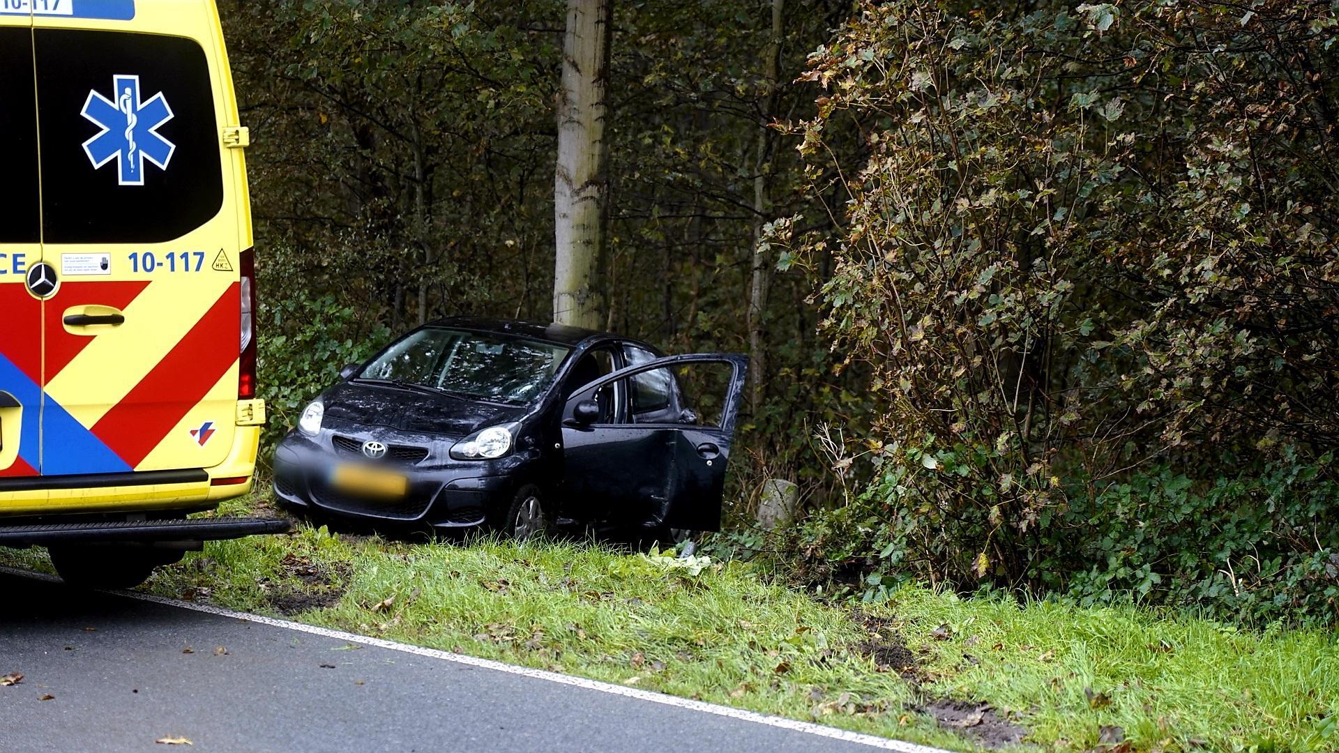 Auto raakt van de weg en botst tegen boom in Slootdorp