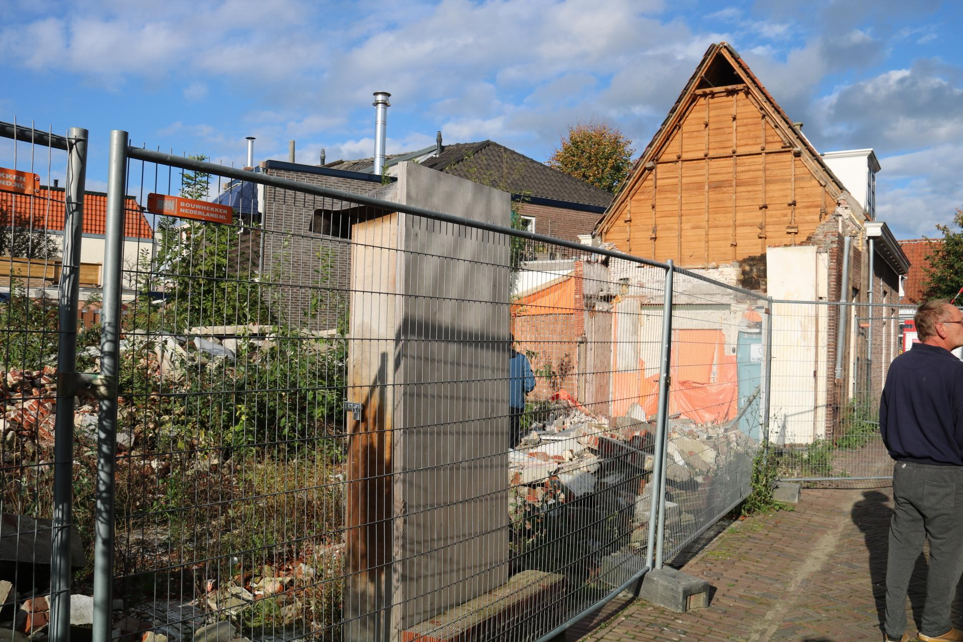 Gevel van huis in Weesp gedeeltelijk ingestort
