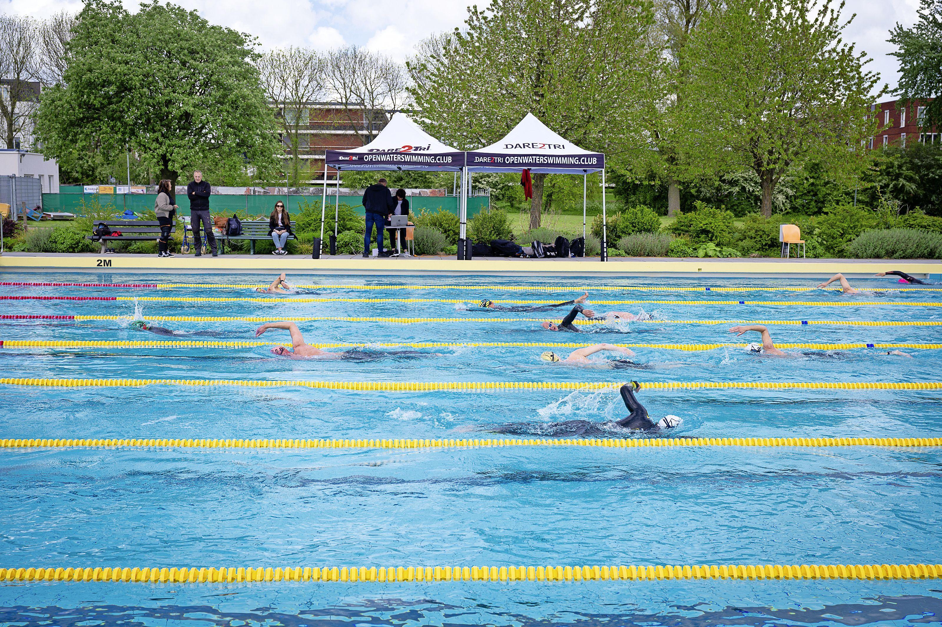 Voor iedere zwemmer een andere uitdaging tijdens de 10 kilometer van Volendam: 'Je hebt ook gasten die 100 kilometer of meer lopen'