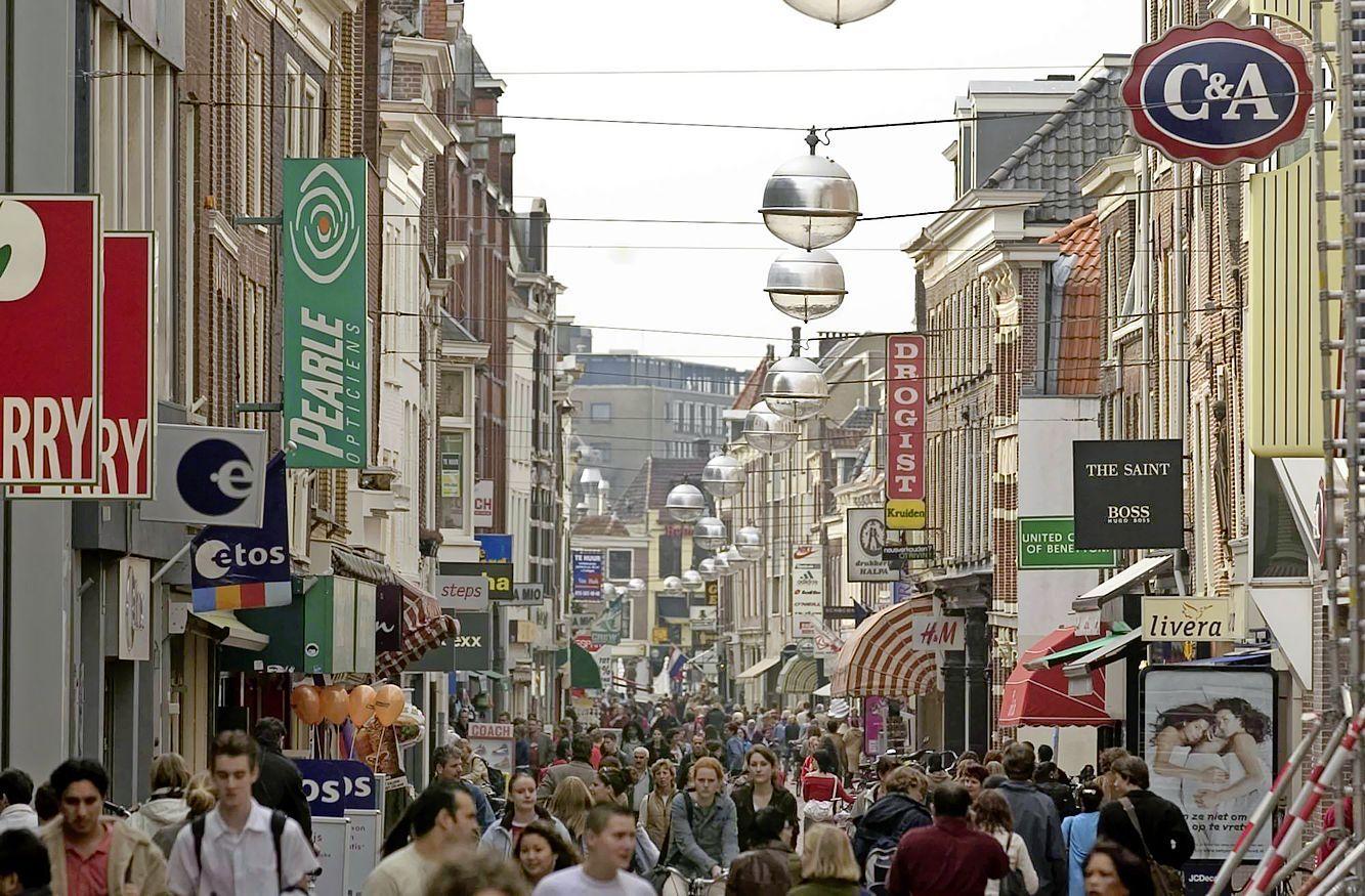 In de Leidse Haarlemmerstraat maakten de groenteboer, bakker en slager plaats voor beautysalons, grillrooms en telecom [video]