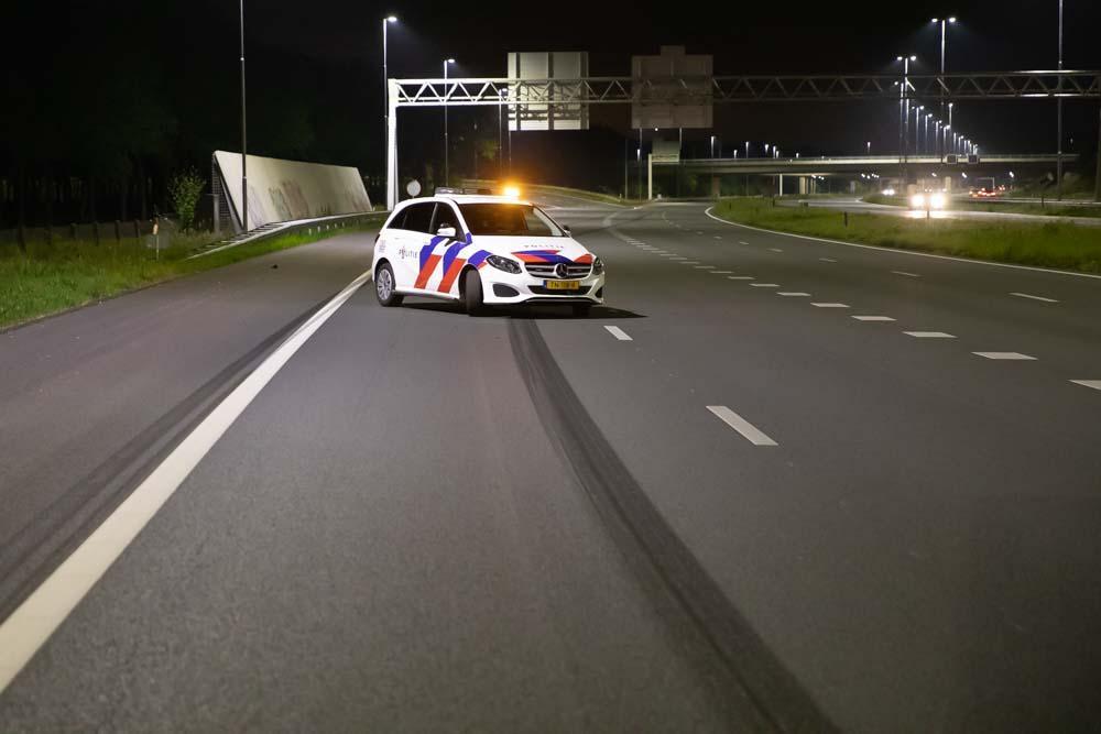 Vrachtwagen botst op personenauto na verkeersruzie op A1 bij Eemnes