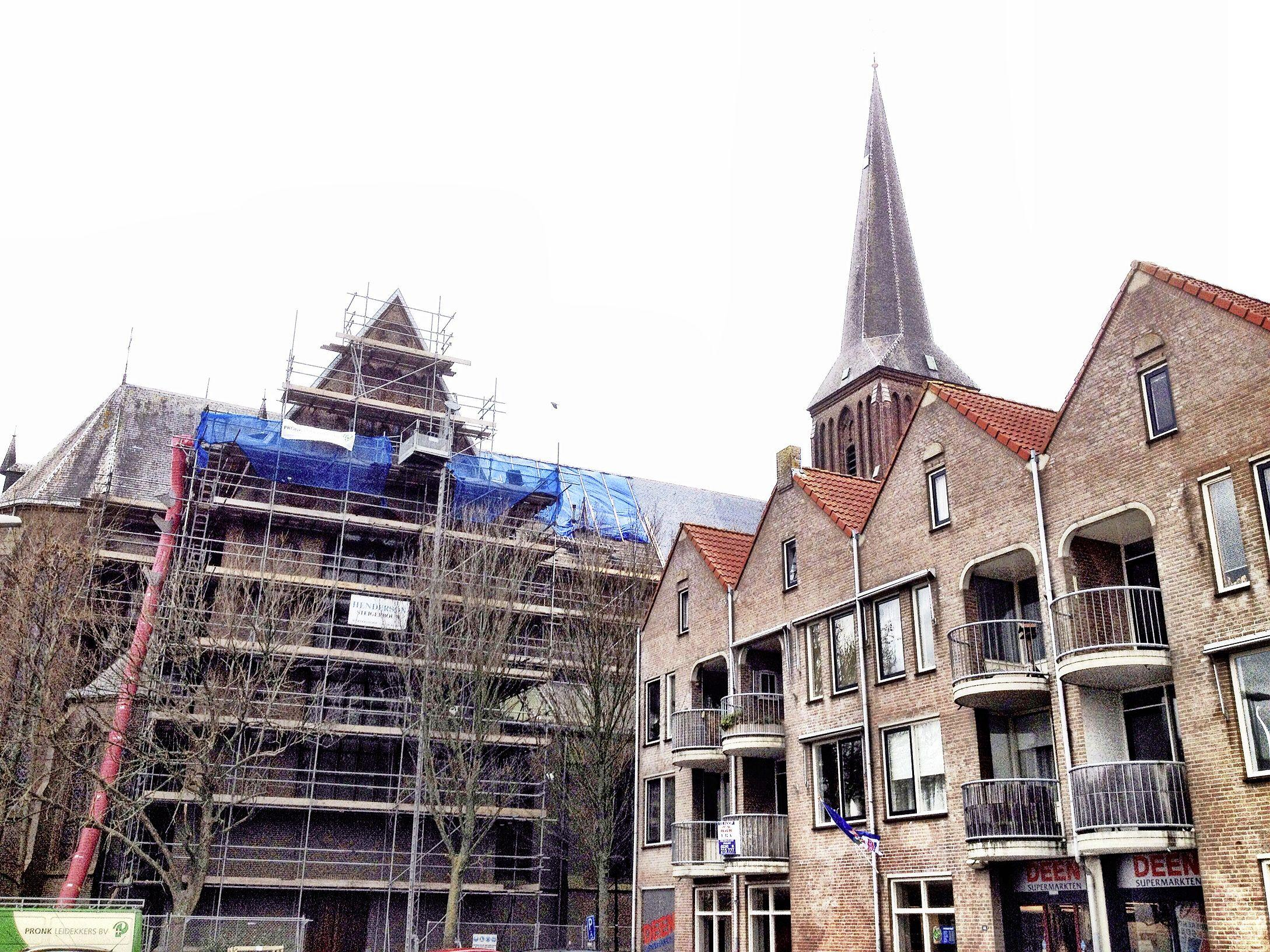 De Christoforuskerk in Schagen staat straks in de steigers, maar liefst 55 meter hoog. De toren wordt gerestaureerd en dat gaat gepaard met enige haast. In augustus strijkt een vleermuizenkolonie er weer neer