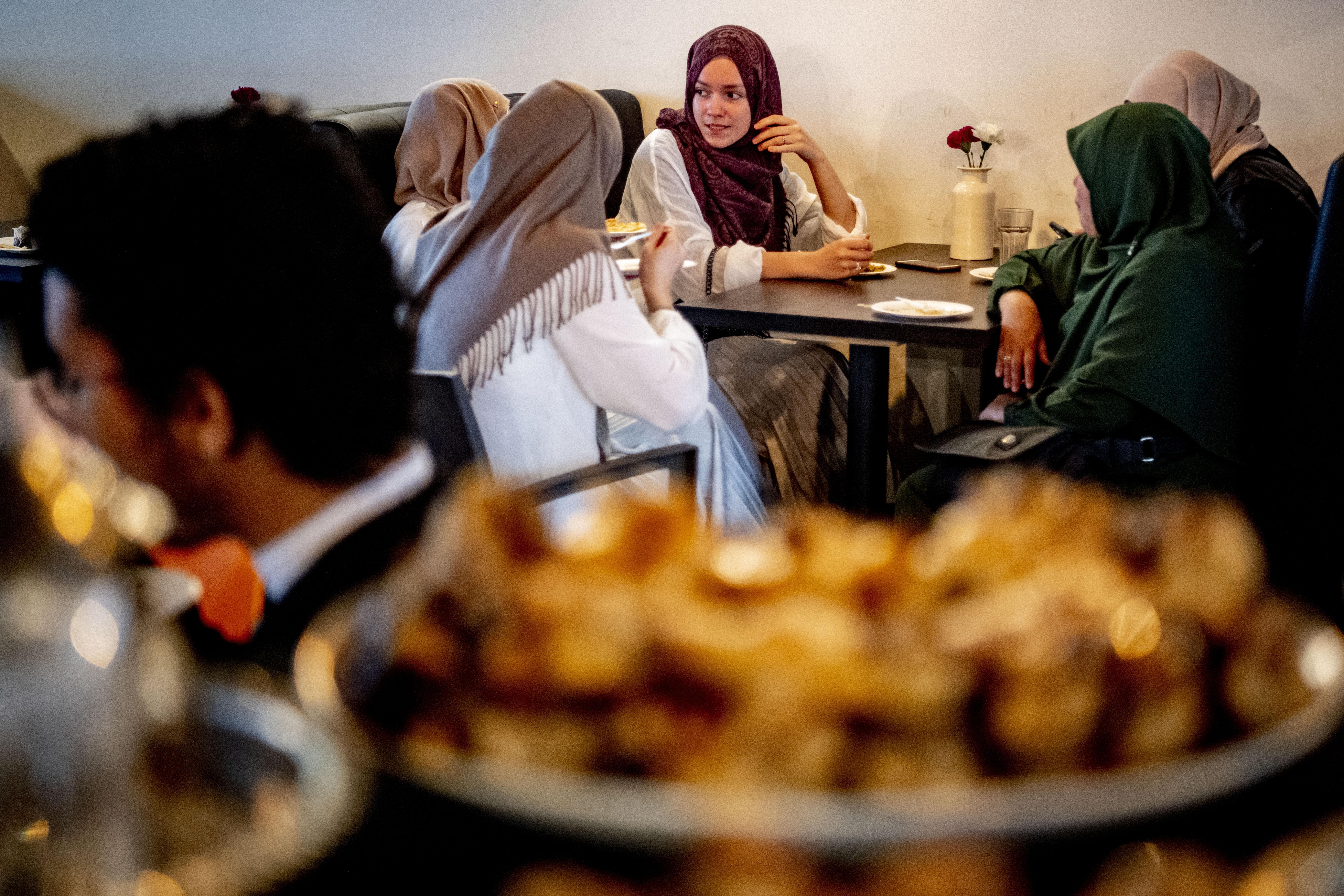 Overnachten in de moskee om de avondklok te mijden? 'Aan dit soort rare, waanzinnige ideeën doen wij niet mee'