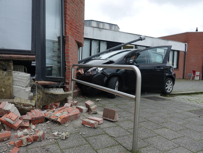 Auto ramt gevel bloedprikpost in Oudorp, twee personen gewond