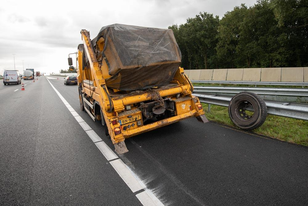 Wiel van gestrande containerwagen rolt 500 meter verder en steekt de Eem over bij Baarn