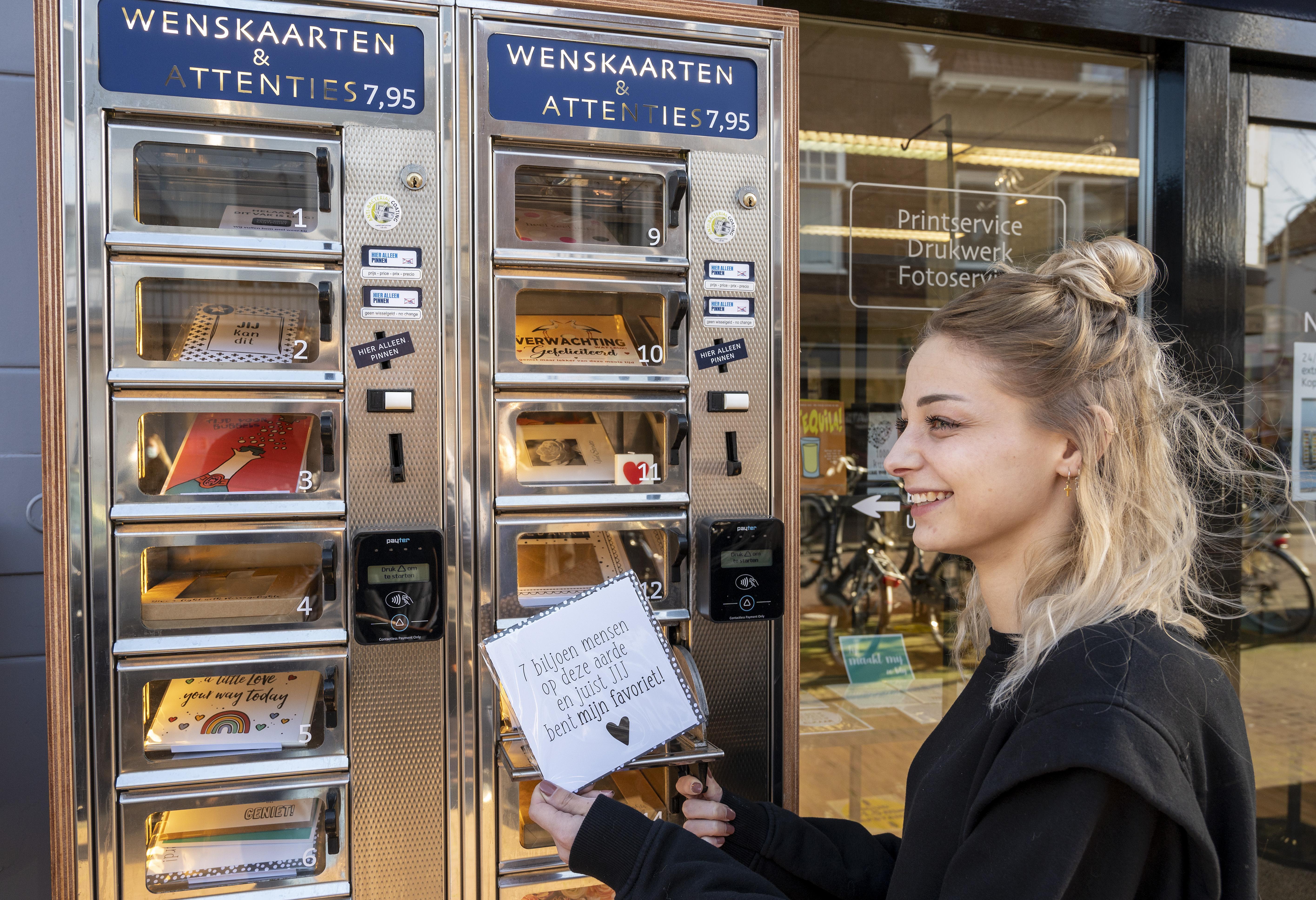 Even een kaartje trekken in de Hoofdstraat: Kopie-Druk Santpoort hangt heuse automatiek aan winkelgevel