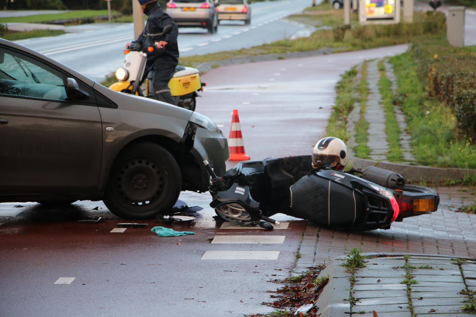 Scooterrijdster raakt gewond bij botsing met afslaande auto in Voorhout
