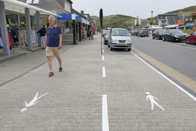 Looproutes in Callantsoog om afstand te houden. Even niet parkeren aan de zuidelijke kant van de Dorpsweg dus. Maar dat snapt niet iedereen
