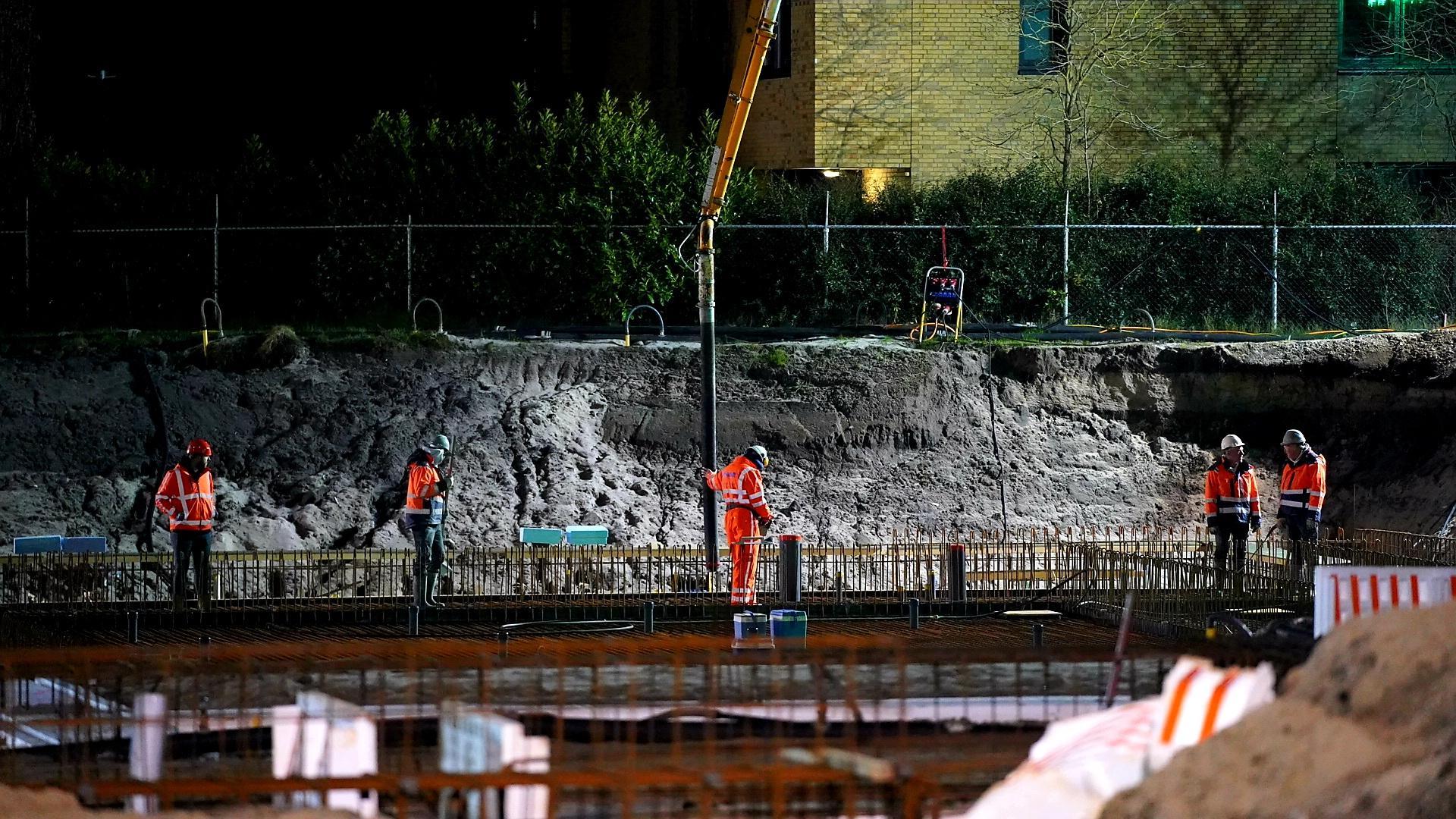 In alle vroegte, onder het licht van de bouwlampen, wordt in Bergen de betonnen vloer voor het nieuwe sportcomplex De Beeck gestort