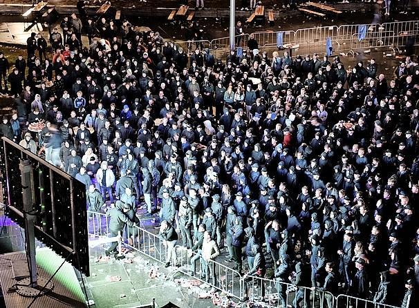 Supporters worden zodra ze een arena ruiken spontaan lid van #ikdoenietmeermee, laten we dus de stadions en het circuit snel weer op slot doen.