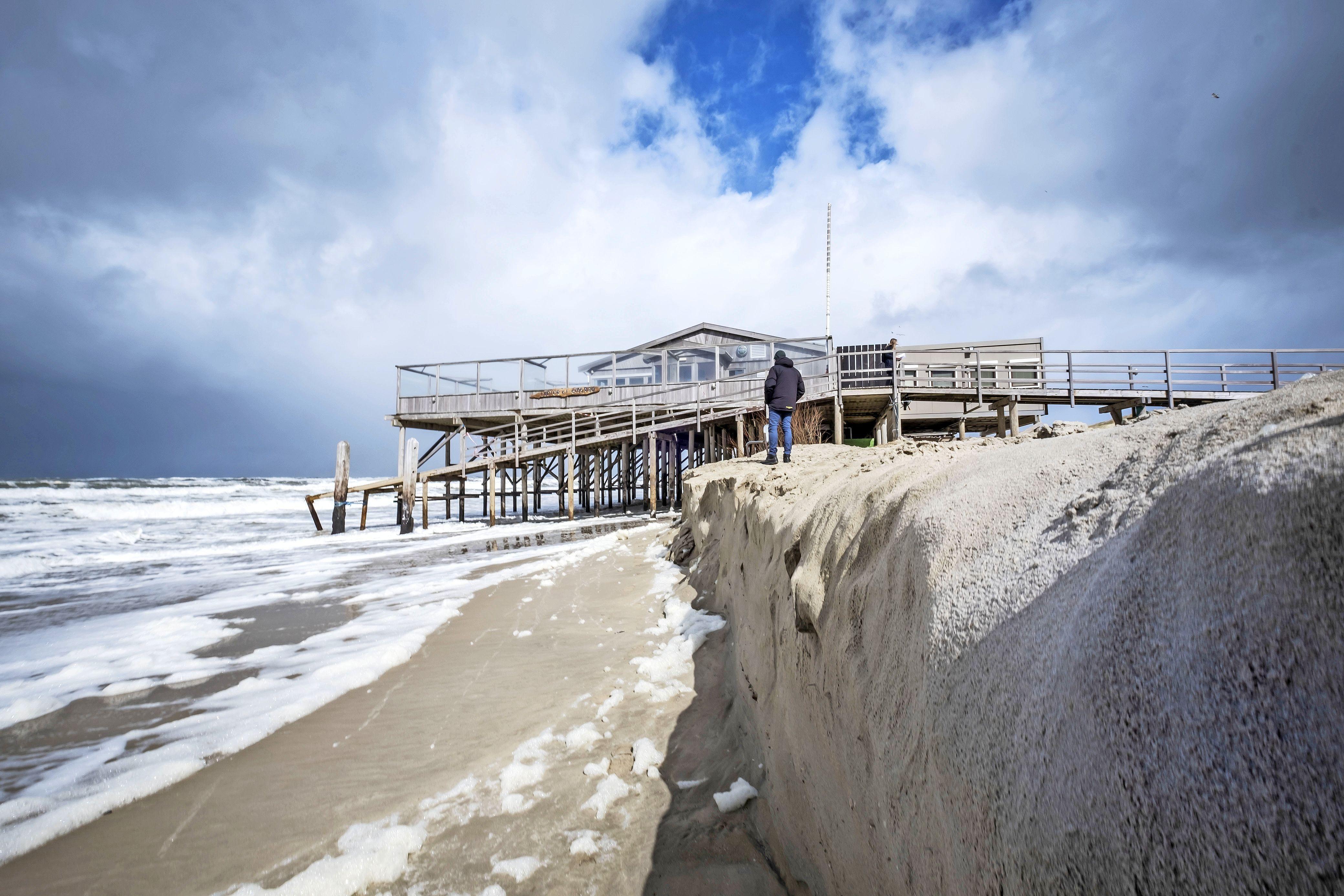 Paviljoen stort deels in zee, strandhuisjes dobberen op de golven, slapeloze nachten aan de vloedlijn. Kunnen we eigenlijk nog veilig bouwen op het strand?